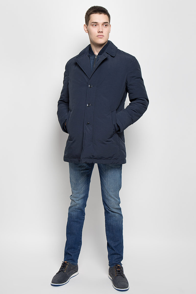Куртка мужская Mexx, цвет: темно-синий. MX3000580. Размер M (46/48)MX3000580Стильная мужская куртка Mexx превосходно подойдет для прохладных дней. Куртка выполнена из хлопка с добавлением полиамида и вставками из полиэстера, она отлично защищает от дождя, снега и ветра, а наполнитель из пуха и пера превосходно сохраняет тепло.Модель с длинными рукавами и воротником-стойкой застегивается на застежку-молнию и имеет ветрозащитный клапана на пуговицах. Лацканы застегиваются на пуговицу. Куртка оформлена несъемной имитацией внутренней жилетки на застежке-молнии. Изделие дополнено двумя втачными карманами на кнопках, а также внутренним открытым карманом. Рукава дополнены внутренними трикотажными манжетами. Эта модная и в то же время комфортная куртка согреет вас в холодное время года и отлично подойдет как для прогулок, так и для активного отдыха.