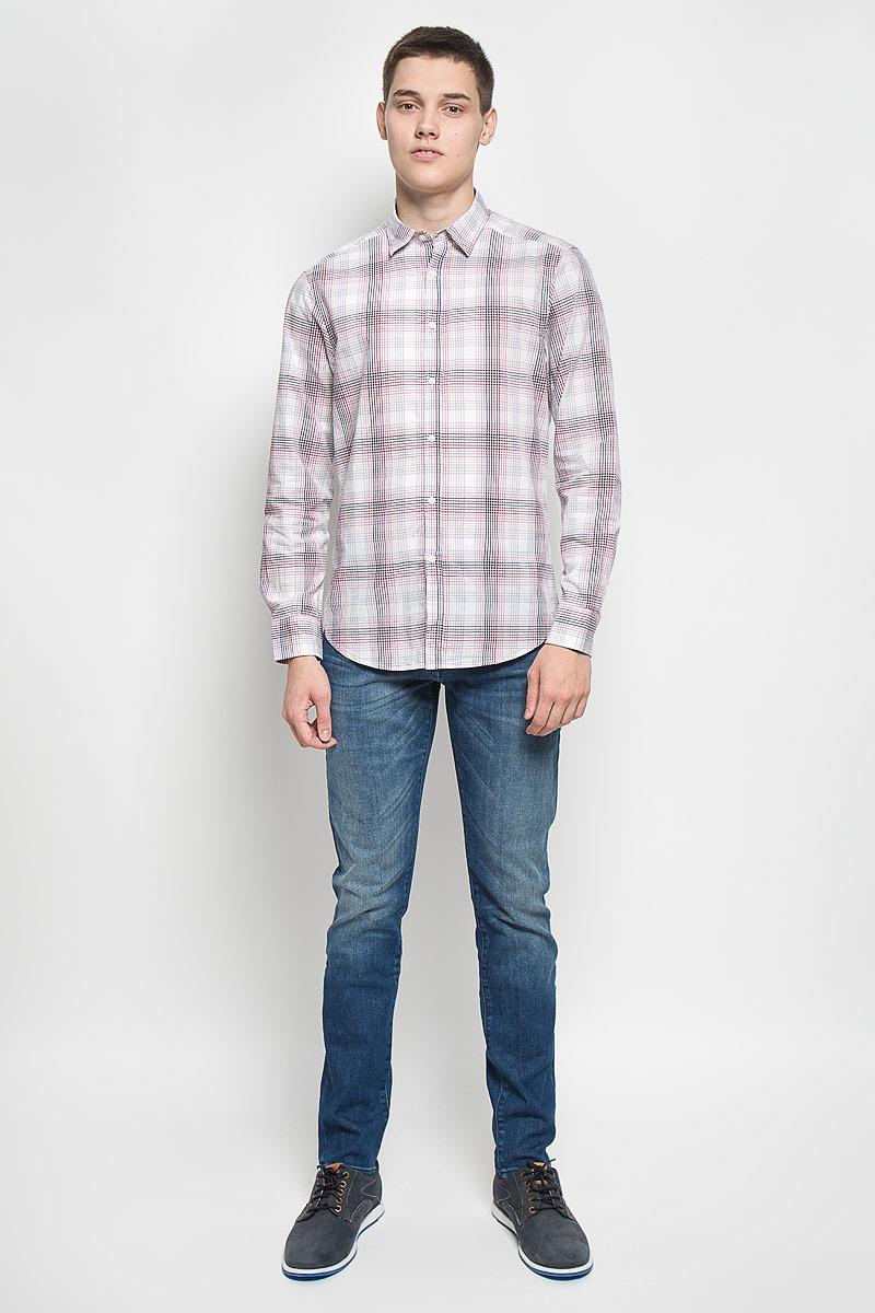 Рубашка мужская Mexx, цвет: белый, черный, вишневый. MX3020433. Размер S (48)MX3020433Стильная мужская рубашка Mexx изготовлена из хлопка. Материал изделия мягкий и приятный на ощупь, не сковывает движения и позволяет коже дышать. Рубашка с отложным воротником и длинными рукавами застегивается на пуговицы по всей длине. На манжетах предусмотрены застежки-пуговицы. Оформлено изделие принтом в клетку.Эта рубашка идеальный вариант для повседневного гардероба. Такая модель порадует настоящих ценителей комфорта и практичности.