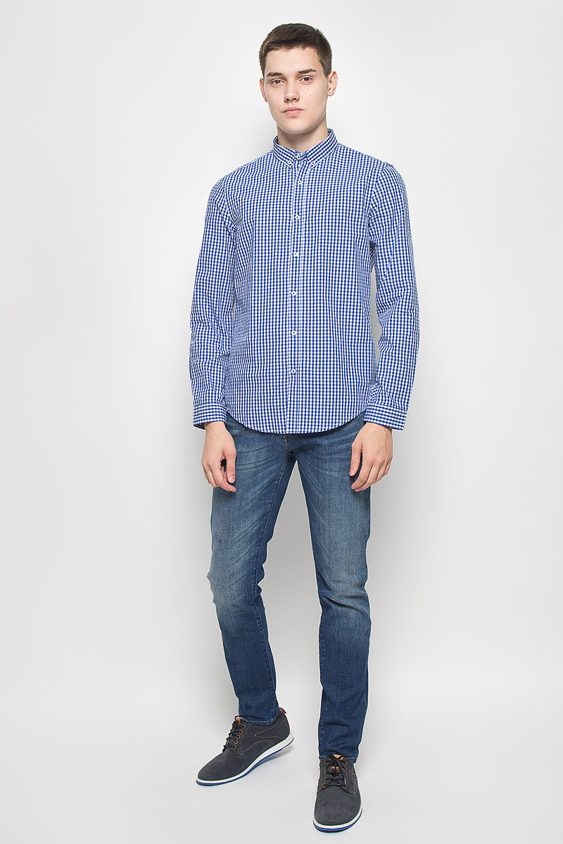 Рубашка мужская Mexx, цвет: синий, белый. MX3000752_MN_SHG_011. Размер M (50)MX3000752_MN_SHG_011Мужская рубашка Mexx, выполненная из натурального хлопка, идеально дополнит ваш образ. Материал мягкий и приятный на ощупь, не сковывает движения и позволяет коже дышать.Рубашка с длинными рукавами и отложным воротником застегивается на пуговицы по всей длине. На манжетах предусмотрены застежки-пуговицы. Модель оформлена принтом в клетку. Воротник фиксируется к рубашке при помощи пуговиц. Такая модель будет дарить вам комфорт в течение всего дня и станет стильным дополнением к вашему гардеробу.