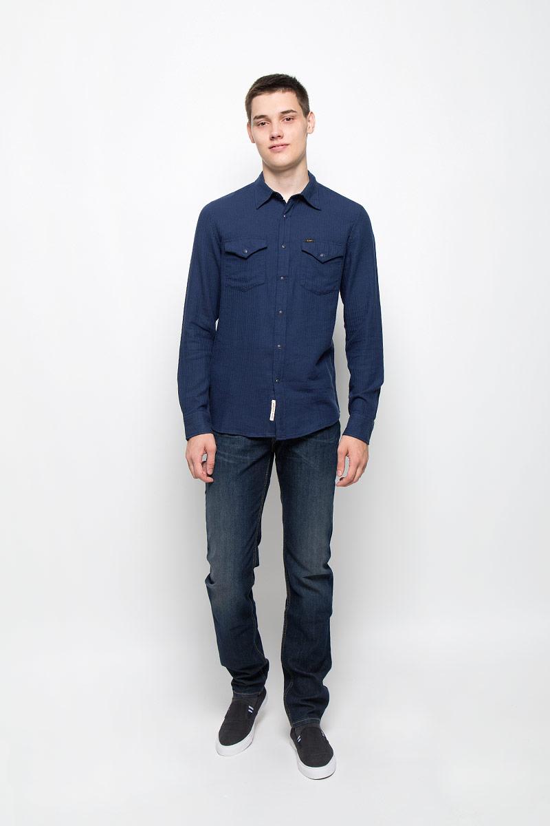 Рубашка мужская Lee, цвет: темно-синий. L644MNCF. Размер M (48)L644MNCFМужская рубашка Lee, выполненная из натурального хлопка, идеально дополнит ваш образ. Материал мягкий и приятный на ощупь, не сковывает движения и позволяет коже дышать.Рубашка с длинными рукавами и отложным воротником застегивается на кнопки, сверху - на пуговицу. На манжетах предусмотрены застежки-пуговицы и застежки-кнопки. На груди расположены накладные карманы с клапанами на кнопках. Модель оформлена фирменными нашивками.Такая модель будет дарить вам комфорт в течение всего дня и станет стильным дополнением к вашему гардеробу.