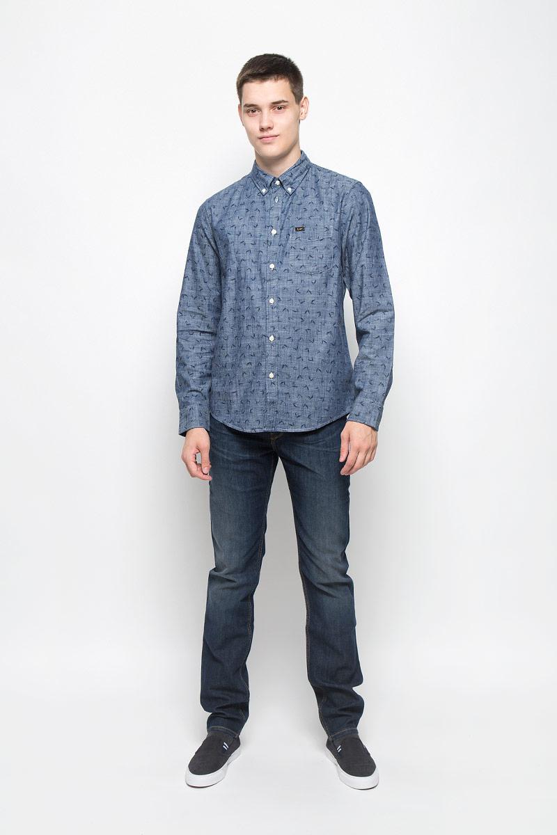 Рубашка мужская Lee, цвет: синий. L880NCCF. Размер M (48)L880NCCFМужская рубашка Lee, изготовленная из высококачественного хлопка, необычайно мягкая и приятная на ощупьМодель с классическим отложным воротником, длинными рукавами и полукруглым низом, застегивается спереди на пуговицы. Манжеты закругленной формы, с застежкой на пуговицы. Ширину манжет можно варьировать, благодаря дополнительной пуговице. Модель оформлена стильным принтом в клетку. На груди расположен один накладной карман.Такая рубашка - идеальный вариант для повседневного гардероба.