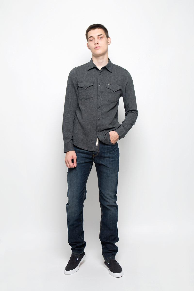Рубашка мужская Lee, цвет: темно-серый. L644MN06. Размер M (48)L644MN06Мужская рубашка Lee, выполненная из натурального хлопка, идеально дополнит ваш образ. Материал мягкий и приятный на ощупь, не сковывает движения и позволяет коже дышать.Рубашка с длинными рукавами и отложным воротником застегивается на кнопки, сверху - на пуговицу. На манжетах предусмотрены застежки-пуговицы и застежки-кнопки. На груди расположены накладные карманы с клапанами на кнопках. Модель оформлена фирменными нашивками.Такая модель будет дарить вам комфорт в течение всего дня и станет стильным дополнением к вашему гардеробу.