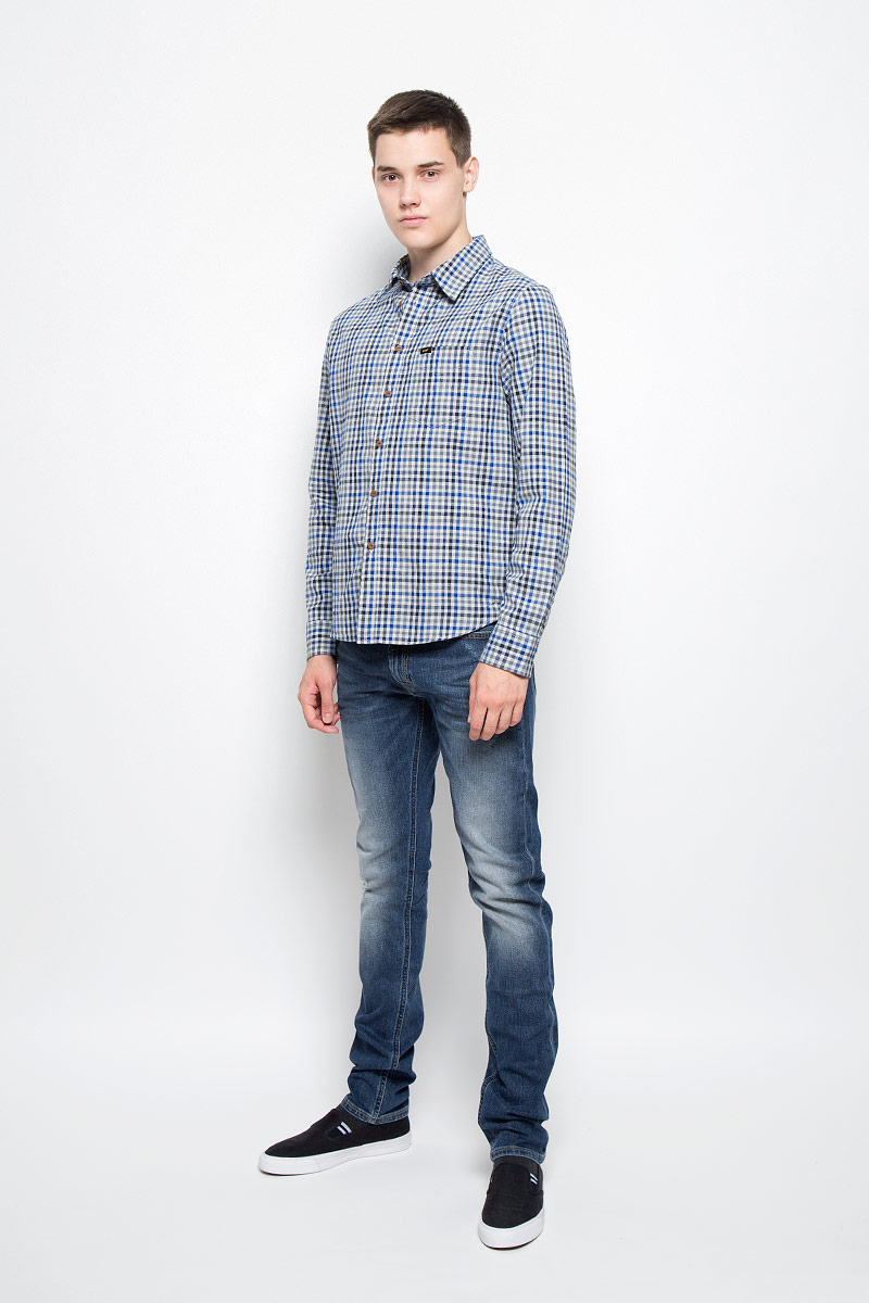 Рубашка мужская Lee, цвет: серый, синий. L876NG37. Размер M (48)L876NG37Мужская рубашка Lee, выполненная из натурального хлопка, идеально дополнит ваш образ. Материал мягкий и приятный на ощупь, не сковывает движения и позволяет коже дышать.Рубашка с длинными рукавами и отложным воротником застегивается на пуговицы по всей длине. На груди расположен накладной карман. Модель оформлена принтом в клетку и фирменными нашивками. На манжетах предусмотрены застежки-пуговицы.Такая модель будет дарить вам комфорт в течение всего дня и станет стильным дополнением к вашему гардеробу.