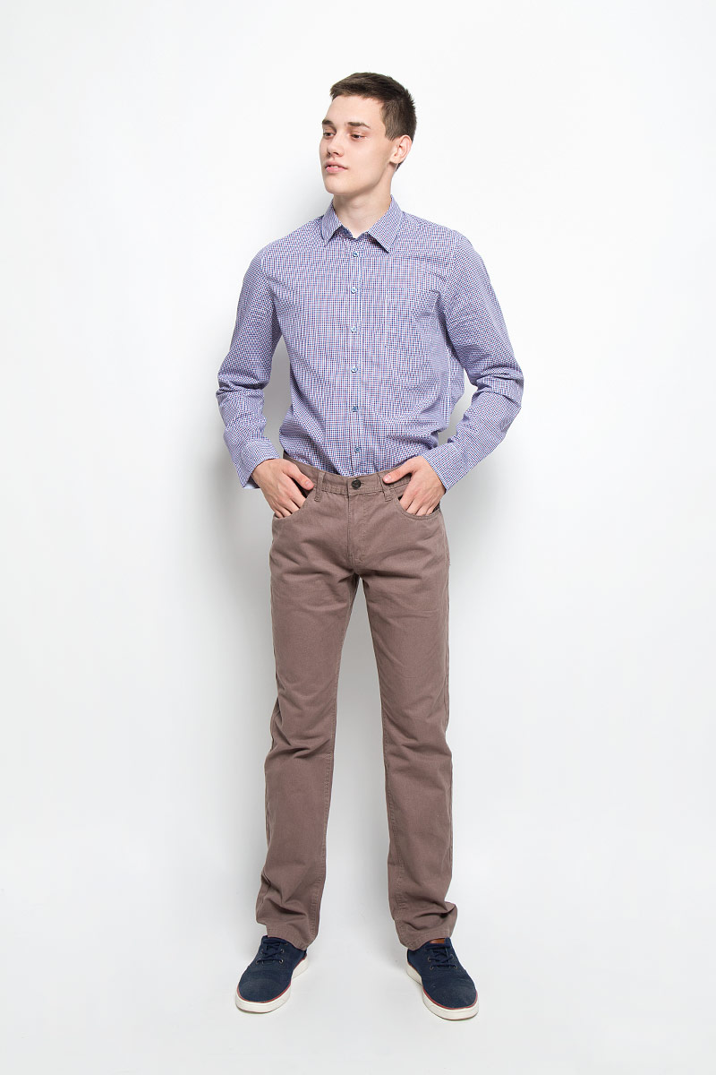 Рубашка мужская Sela, цвет: синий, фиолетовый, белый. H-212/698-6321. Размер 41 (48)H-212/698-6321Мужская рубашка Sela, выполненная из натурального хлопка, идеально дополнит ваш образ. Материал мягкий и приятный на ощупь, не сковывает движения и позволяет коже дышать.Рубашка классического кроя с длинными рукавами и отложным воротником застегивается на пуговицы по всей длине и оформлена принтом в клетку. На груди изделие дополнено накладным карманом. Манжеты рукавов застегиваются на пуговицы.Такая модель будет дарить вам комфорт в течение всего дня и станет стильным дополнением к вашему гардеробу.