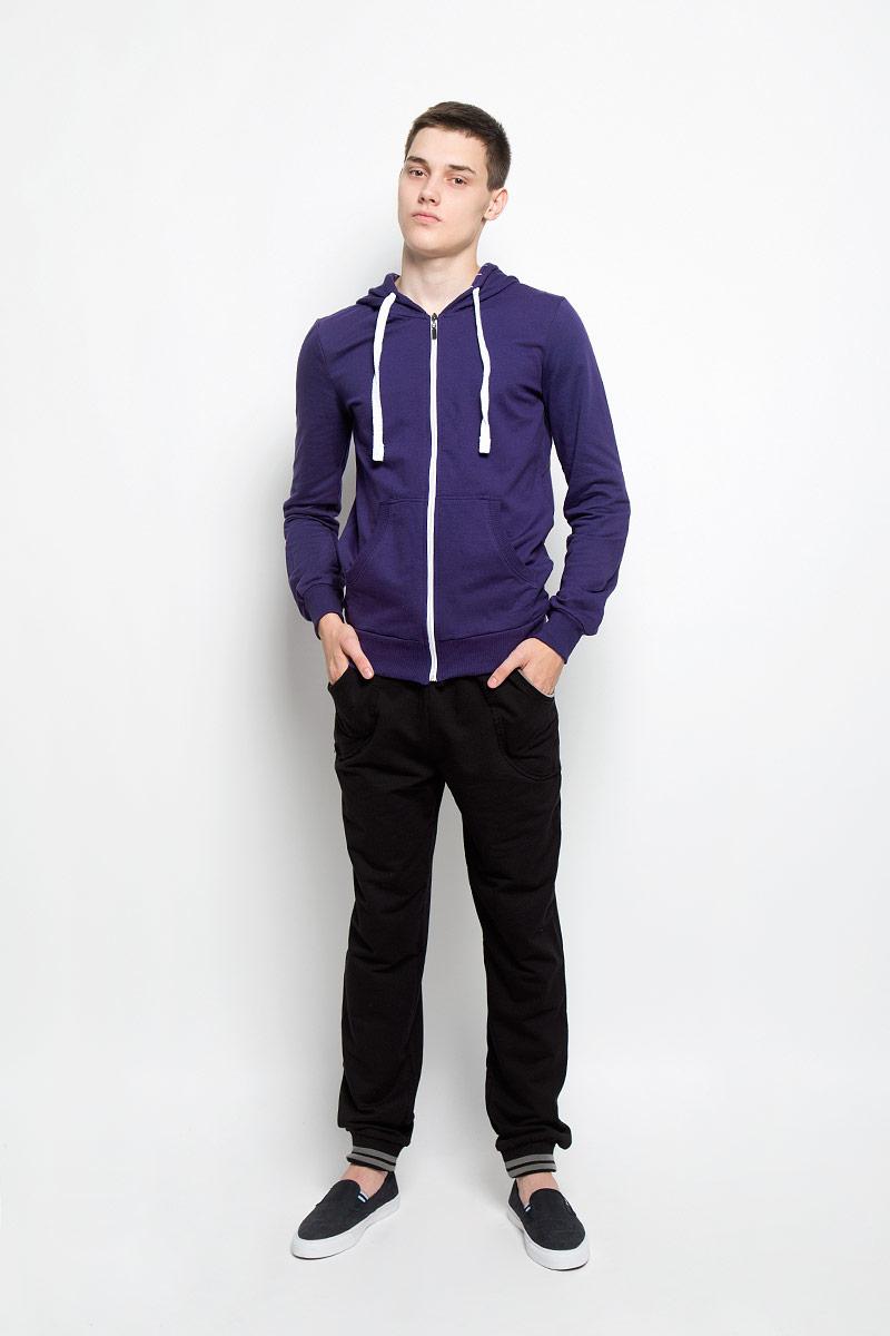 Толстовка мужская RAV, цвет: фиолетовый. RAV01-020. Размер M (48)RAV01-020Стильная мужская толстовка RAV, выполненная из натурального хлопка, идеально подойдет для повседневной носки. Изделие тактильно приятное и не сковывает движения. Толстовка с длинными рукавами имеет капюшон, дополненный затягивающимся шнурком. Спереди расположены два накладных кармана. Застегивается модель на застежку-молнию. Края рукавов, низ изделия и края карманов дополнены трикотажной резинкой. Капюшон с внутренней стороны оформлен принтом в полоску. Современный дизайн, отличное качество и расцветка делают эту толстовку модным и стильным предметом мужской одежды. В ней вам будет тепло, уютно и комфортно!