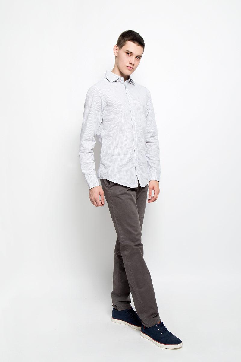 Рубашка мужская Mexx, цвет: белый, серый. MX3020066_MN_SHG_002. Размер S (48)MX3020066_MN_SHG_002Мужская рубашка Mexx, изготовленная из натурального хлопка, прекрасно подойдет для повседневной носки. Изделие очень мягкое и приятное на ощупь, не сковывает движения и хорошо пропускает воздух. Рубашка с отложным воротником и длинными рукавами имеет слегка приталенный силуэт. Она застегивается на пуговицы по всей длине. Манжеты на рукавах также имеют застежки-пуговицы. Изделие оформлено принтом в полоску. Такая модель займет достойное место в вашем гардеробе!