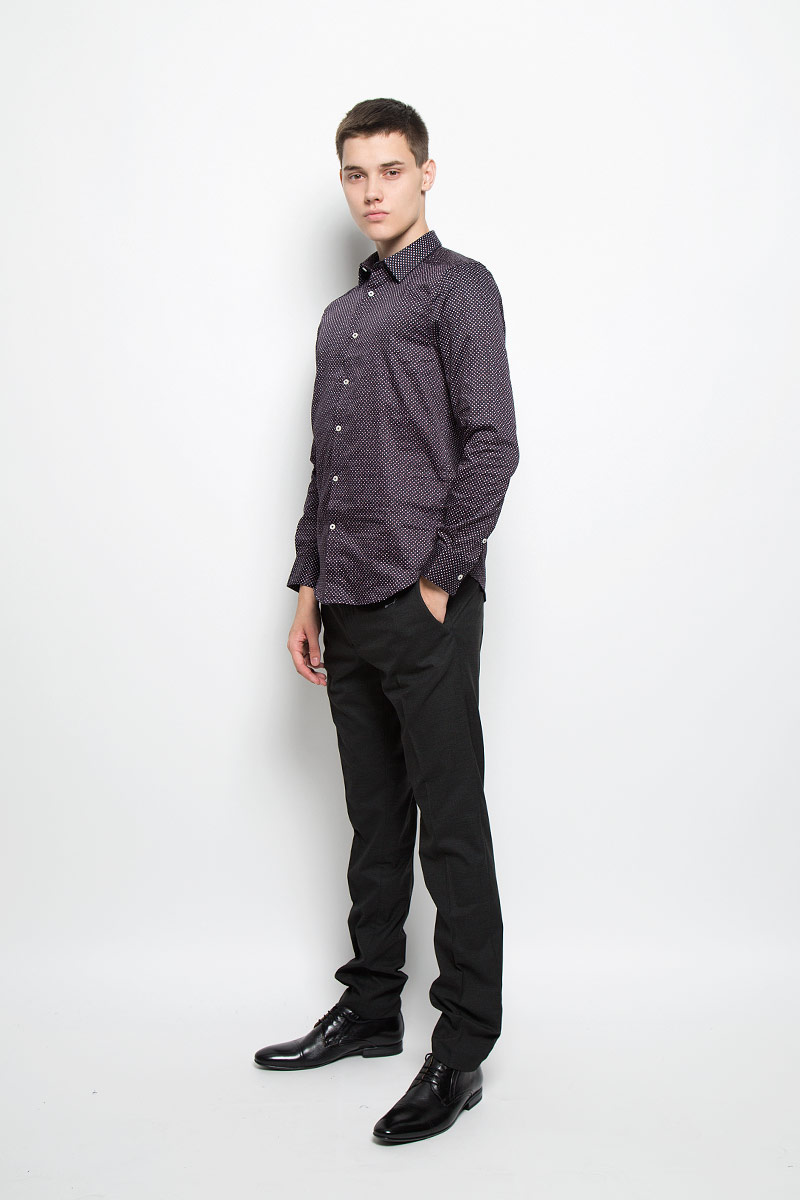Рубашка мужская Mexx, цвет: темно-синий. MX3025567_MN_SHG_007. Размер S (48)MX3025567_MN_SHG_007Мужская хлопковая рубашка Mexx подчеркнет ваш вкус и поможет создать стильный образ. Материал изделия тактильно приятный, позволяет коже дышать, не стесняет движений, обеспечивая комфорт при носке. Рубашка с отложным воротником и длинными рукавами застегивается на пуговицы по всей длине. Модель имеет слегка приталенный силуэт. На манжетах предусмотрены застежки-пуговицы. Изделие оформлено принтом в мелкий горошек.Такая рубашка займет достойное место в вашем гардеробе!
