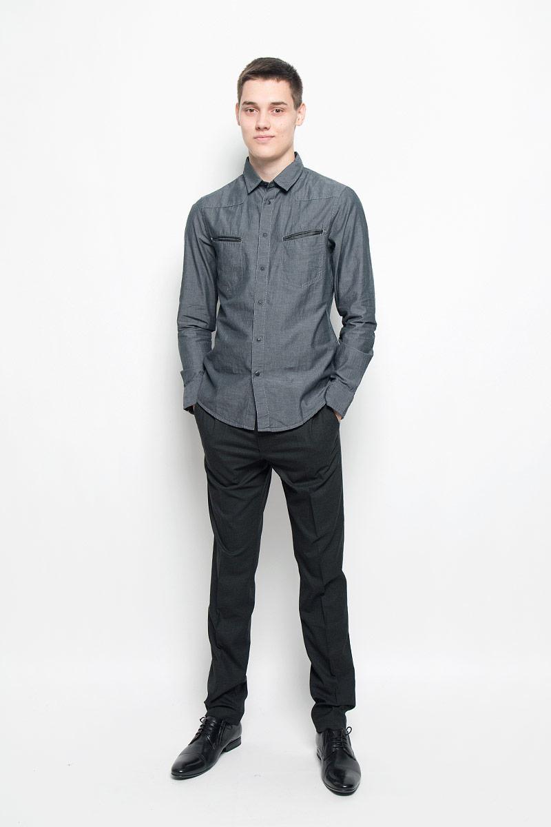 Рубашка мужская Mexx, цвет: темно-серый. MX3000720_MN_SHG_010. Размер L (52)MX3000720_MN_SHG_010Хлопковая рубашка Mexx идеально подойдет для стильных и уверенных в себе мужчин. Материал изделия тактильно приятный, позволяет коже дышать, не стесняет движений, обеспечивая комфорт при носке. Рубашка с отложным воротником и длинными рукавами застегивается на кнопки и одну пуговицу. Модель имеет слегка приталенный силуэт. Манжеты на рукавах также имеют застежки-кнопки и пуговицы. На груди расположены два прорезных кармана, края которых украшены вставками из кожи. По бокам рубашка дополнена небольшими кожаными нашивками.Такая модель займет достойное место в вашем гардеробе!