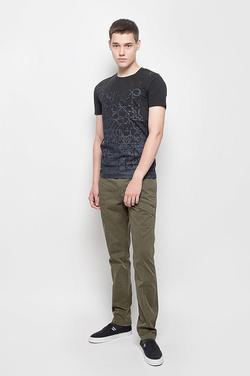 Футболка мужская Calvin Klein Jeans, цвет: черный. J30J301064. Размер M (46/48)J30J301064Мужская футболка Calvin Klein Jeans изготовлена из эластичного хлопка. Она мягкая и приятная на ощупь, не стесняет движений и хорошо пропускает воздух, обеспечивая комфорт при носке. Футболка с круглым вырезом горловины и короткими рукавами имеет прямой силуэт. Модель оформлена принтом и термоаппликацией в виде фирменных логотипов.Стильный дизайн и расцветка делают эту футболку модным предметом мужской одежды. Она поможет создать отличный современный образ!