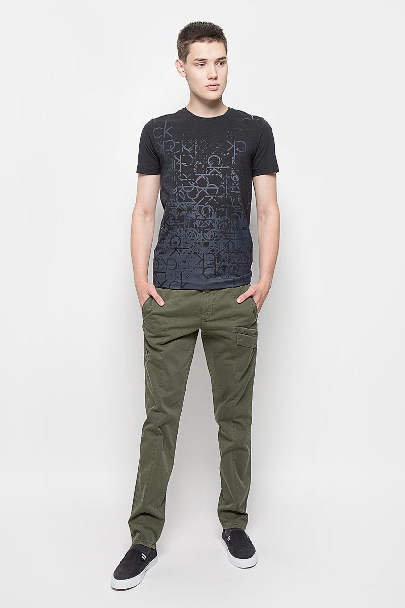 Брюки мужские Calvin Klein Jeans, цвет: хаки. J30J300518. Размер 30 (44/46)L880TPHAСтильные мужские брюки Calvin Klein Jeans, выполненные из хлопка с добавлением эластана, отлично дополнят ваш образ. Ткань изделия тактильно приятная, позволяет коже дышать.Брюки застегиваются на пуговицу и имеют ширинку на застежке-молнии. На поясе предусмотрены шлевки для ремня. Спереди модель дополнена тремя прорезными карманами, один из которых с клапаном на кнопках. Сзади расположены два прорезных кармана, один также закрывается с помощью клапана с кнопкой.Высокое качество кроя и пошива, актуальный дизайн и расцветка придают изделию неповторимый стиль и индивидуальность. Модель займет достойное место в вашем гардеробе!