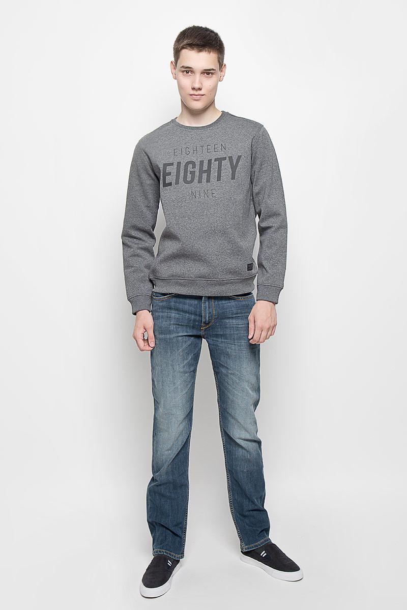 Свитшот мужской Lee, цвет: темно-серый меланж. L81RGW06. Размер XL (52)L81RGW06Мужской свитшот Lee, выполненный из хлопка с добавлением полиэстера, идеально подойдет для повседневной носки. Материал изделия плотный, тактильно приятный, не сковывает движения и хорошо пропускает воздух.Свитшот с круглым вырезом горловины и длинными рукавами оформлен термоаппликацией в виде надписи. Низ изделия и вырез горловины дополнены трикотажной резинкой. На рукавах предусмотрены широкие манжеты. Свитшот украшен текстильной нашивкой. Современный дизайн и отличное качество делают этот свитшот стильным и практичным предметом мужской одежды. Такая модель подарит вам комфорт в течение всего дня.