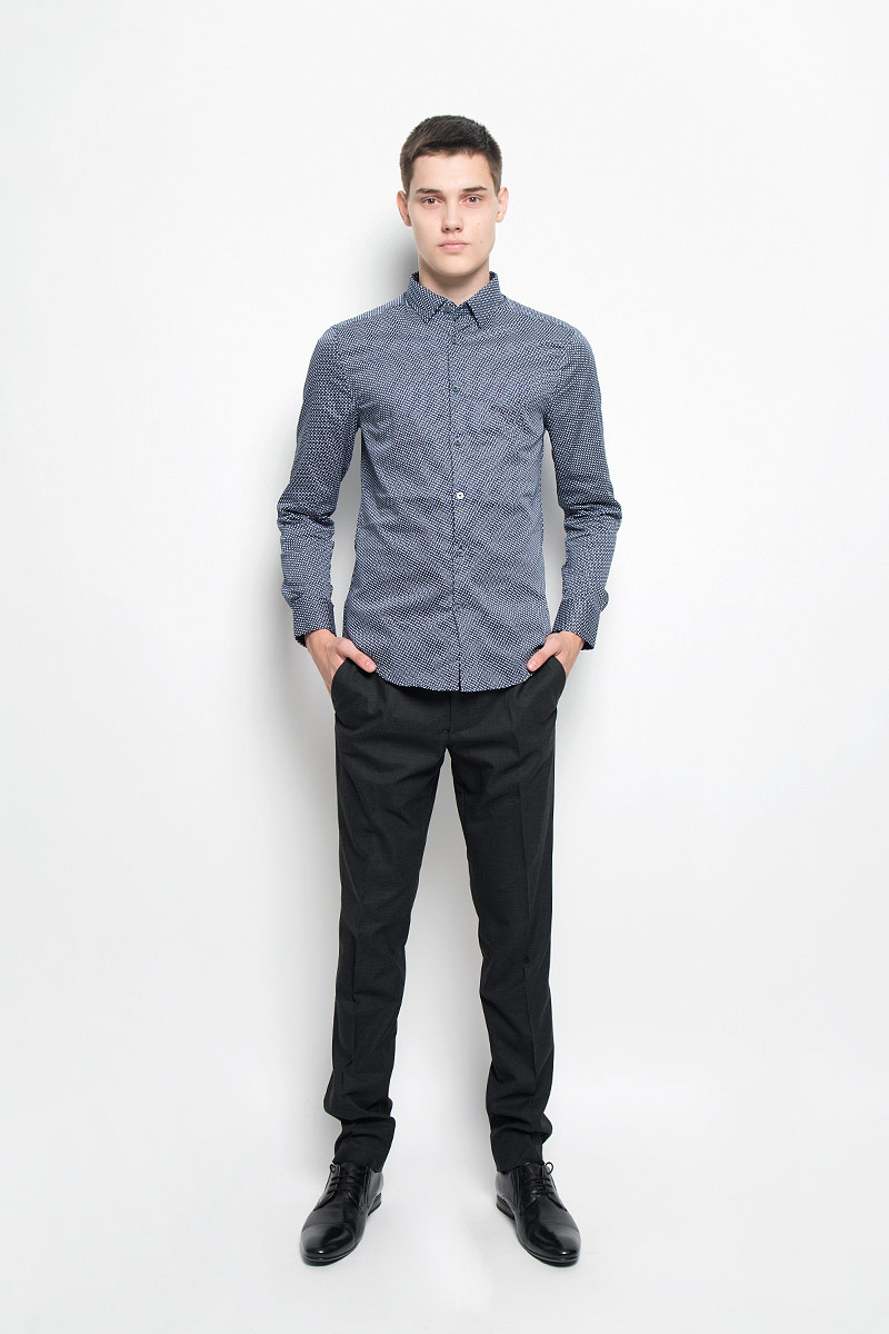 Рубашка мужская Mexx, цвет: темно-синий, белый. MX3025095_MN_SHG_007. Размер L (52)MX3025095_MN_SHG_007Мужская хлопковая рубашка Mexx подчеркнет ваш вкус и поможет создать стильный образ. Материал изделия тактильно приятный, позволяет коже дышать, не стесняет движений, обеспечивая комфорт при носке. Рубашка с отложным воротником и длинными рукавами застегивается на пуговицы по всей длине. Модель имеет слегка приталенный силуэт. На манжетах предусмотрены застежки-пуговицы. Изделие оформлено контрастным принтом. Такая рубашка займет достойное место в вашем гардеробе!