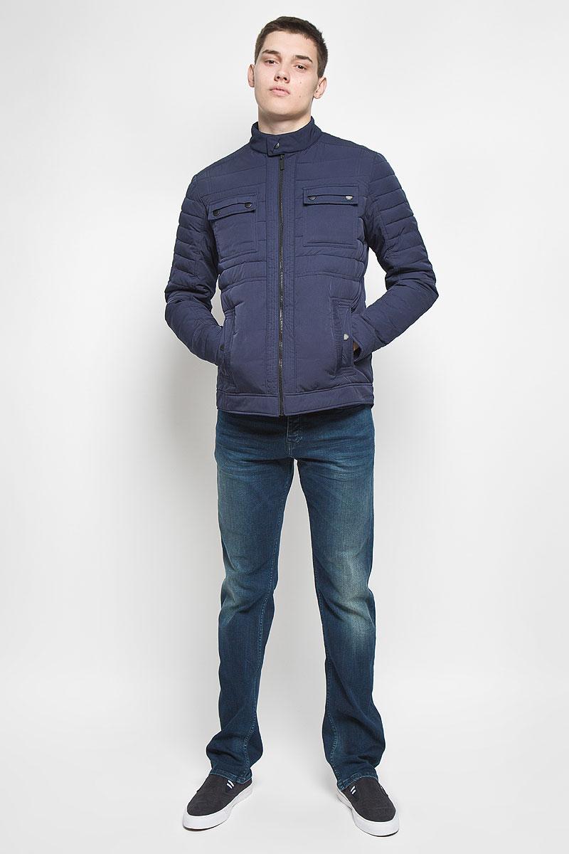 Куртка мужская Calvin Klein Jeans, цвет: темно-синий. J30J300668. Размер L (48/50)B636547Мужская куртка Calvin Klein Jeans придаст образу безупречный стиль. Верх куртки выполнен из полиэстера с добавлением нейлона, подкладка - из 100% полиэстера. В качестве утеплителя используется полиэстер. Куртка с воротником-стойкой застегивается на пластиковую молнию и имеет внутреннюю ветрозащитную планку. Воротник дополнен застежкой-кнопкой. Спереди расположены два накладных кармана с клапанами и два прорезных кармана. Карманы закрываются с помощью застежек-кнопок. Украшена модель фирменной нашивкой из искусственной кожи.Стильная и практичная куртка послужит отличным дополнением к вашему гардеробу!