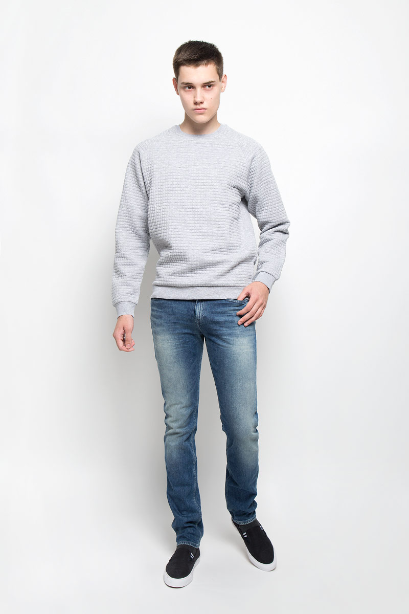 Джинсы мужские Calvin Klein Jeans, цвет: синий. J30J300915. Размер 32 (48/50)J30J300607Мужские джинсы Calvin Klein Jeans займут достойное место в вашем гардеробе. Они изготовлены из эластичного хлопка, тактильно приятные, не стесняют движений, позволяют коже дышать.Джинсы-слим застегиваются на пуговицу и имеют ширинку на застежке-молнии. На поясе предусмотрены шлевки для ремня. Спереди джинсы дополнены двумя втачными карманами и одним маленьким накладным, сзади - двумя накладными карманами. Оформлено изделие эффектом потертости и перманентными складками, украшено металлической пластиной с логотипом бренда.Высокое качество кроя и пошива, актуальный дизайн и расцветка придают изделию неповторимый стиль и индивидуальность.