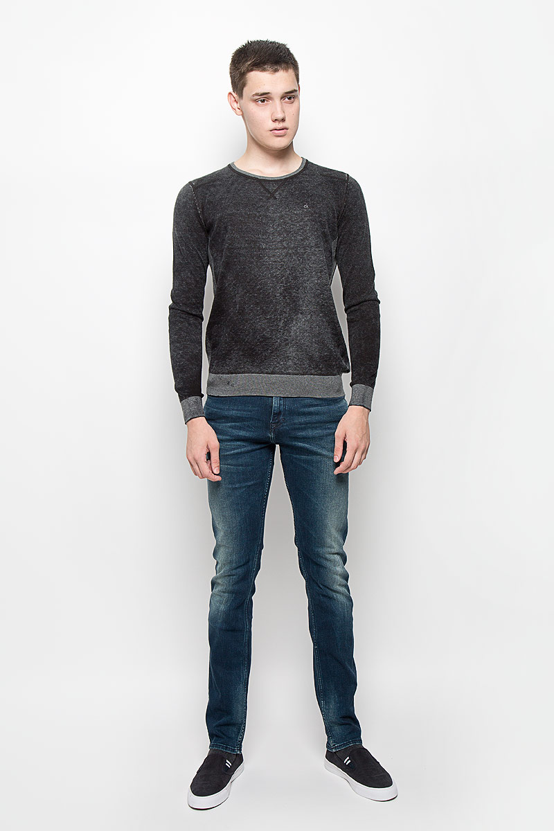 Джемпер мужской Calvin Klein Jeans, цвет: черный меланж. J30J300153. Размер M (46/48)J30J300153Мужской джемпер Calvin Klein Jeans, выполненный из натурального хлопка, станет стильным дополнением к вашему образу. Материал изделия очень мягкий и тактильно приятный, не стесняет движений, хорошо пропускает воздух.Джемпер с круглым вырезом горловины и длинными рукавами дополнен по бокам эластичными вставками. Вырез горловины, манжеты и низ модели связаны резинкой. На груди изделие украшено вышитым логотипом бренда. Джемпер - идеальный вариант для создания образа в стиле Casual. Он подарит вам уют и комфорт в течение всего дня!