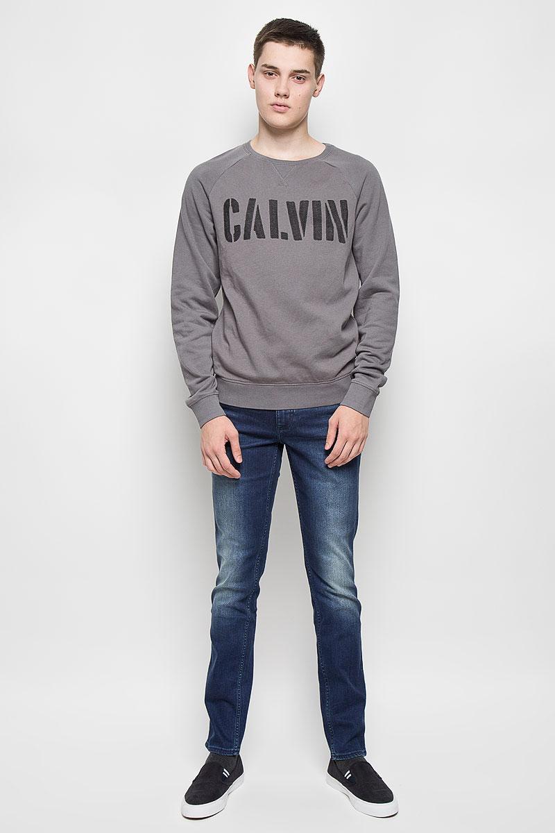Cвитшот мужской Calvin Klein Jeans, цвет: серый. J30J300142. Размер S (44/46)MS062Мужской свитшот Calvin Klein Jeans, выполненный из хлопка с добавлением полиэстера, идеально подойдет для активного отдыха, прогулок или занятий спортом. Свитшот очень приятный на ощупь, не сковывает движения и хорошо пропускает воздух, обеспечивая комфорт при носке. Изнаночная сторона с мягким начесом. Трикотажная часть изделия изготовлена из эластичного хлопка. Свитшот с круглым вырезом горловины и длинными рукавами-реглан оформлен надписью. Низ изделия и вырез горловины дополнены трикотажной резинкой. На рукавах предусмотрены широкие манжеты. Современный дизайн и отличное качество делают этот свитшот стильным и практичным предметом мужской одежды. Такая модель подарит вам комфорт в течение всего дня.