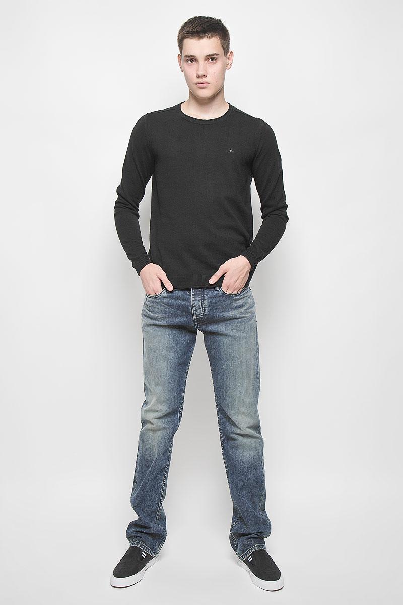Джемпер мужской Calvin Klein Jeans, цвет: черный. J30J300657. Размер L (48/50)J30J300657Мужской джемпер Calvin Klein Jeans выполнен из необычайно мягкого и тактильно приятного материала. Изделие не стесняет движений, хорошо пропускает воздух.Джемпер с круглым вырезом горловины и длинными рукавами украшен нашивкой из искусственной кожи и вышитым логотипом бренда. Вырез горловины, манжеты и низ модели связаны резинкой с закрученными краями. Джемпер - идеальный вариант для создания образа в стиле Casual. Он подарит вам уют и комфорт в течение всего дня!