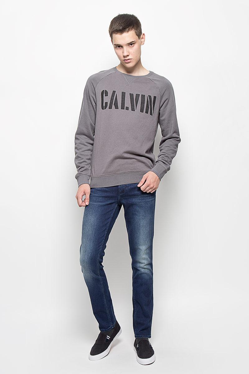 Джинсы мужские Calvin Klein Jeans, цвет: темно-синий. J30J301164. Размер 33 (50/52)B536502_RUBINМужские джинсы Calvin Klein Jeans займут достойное место в вашем гардеробе! Изделие выполнено из эластичного хлопка. Ткань мягкая и тактильно приятная, не стесняет движений, позволяет коже дышать.Джинсы-слим застегиваются на пуговицу и имеют ширинку на застежке-молнии. На поясе предусмотрены шлевки для ремня. Спереди джинсы дополнены двумя втачными карманами и двумя накладными, сзади - двумя накладными карманами. Оформлено изделие эффектом потертости и перманентными складками, украшено фирменными металлическими клепками и нашивками.Высокое качество кроя и пошива, актуальный дизайн и расцветка придают изделию неповторимый стиль и индивидуальность.