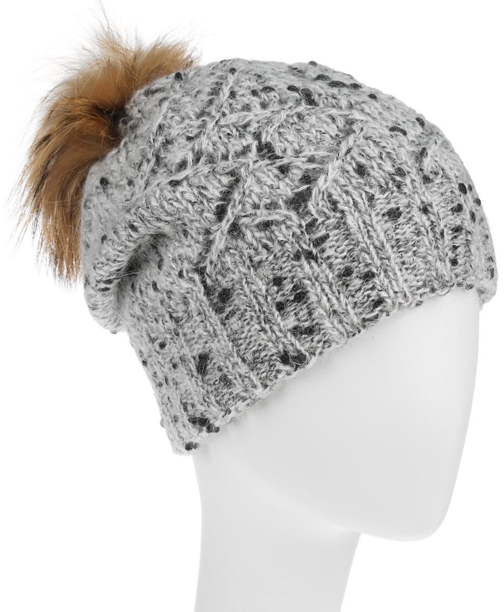 Шапка женская Baon, цвет: серый меланж. B346509. Размер универсальныйB346509Стильная женская шапка Baon дополнит ваш образ и не позволит вам замерзнуть в холодное время года. Шапка крупной вязки выполнена из высококачественной пряжи из шерсти с добавлением полиамида, что позволяет ей великолепно сохранять тепло и обеспечивает высокую эластичность и удобство посадки. Шапка оформлена пушистым помпоном из натурального меха. Спереди модель выполнена вязанным узором и украшена металлической пластиной с логотипом бренда.Такая шапка станет модным и стильным дополнением вашего зимнего гардероба. Она согреет вас и позволит подчеркнуть свою индивидуальность!