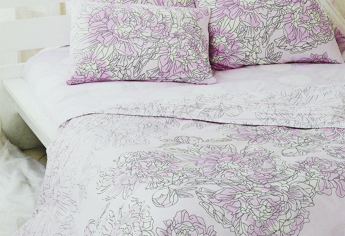 Комплект белья Tiffanys Secret Аромат нежности, 2-спальный, наволочки 70х70, цвет: розовый, белый, серый2040815173Комплект постельного белья Tiffanys Secret Аромат нежности является экологически безопасным для всей семьи, так как выполнен из сатина (100% хлопок). Комплект состоит из пододеяльника, простыни и двух наволочек. Предметы комплекта оформлены оригинальным рисунком.Благодаря такому комплекту постельного белья вы сможете создать атмосферу уюта и комфорта в вашей спальне.Сатин - это ткань, навсегда покорившая сердца человечества. Ценившие роскошь персы называли ее атлас, а искушенные в прекрасном французы - сатин. Секрет высококачественного сатина в безупречности всего технологического процесса. Эту благородную ткань делают только из отборной натуральной пряжи, которую получают из самого лучшего тонковолокнистого хлопка. Благодаря использованию самой тонкой хлопковой нити получается необычайно мягкое и нежное полотно. Сатиновое постельное белье превращает жаркие летние ночи в прохладные и освежающие, а холодные зимние - в теплые и согревающие. Сатин очень приятен на ощупь, постельное белье из него долговечно, выдерживает более 300 стирок, и лишь спустя долгое время материал начинает немного тускнеть. Оцените все достоинства постельного белья из сатина, выбирая самое лучшее для себя!