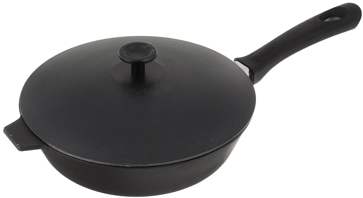 Сковорода чугунная Добрыня с крышкой. Диаметр 24 см. DO-3316DO-3316Сковорода Добрыня изготовлена из натурального, экологически безопасного чугуна. Чугун является одним из лучших материалов для производства посуды. Он очень практичный, не выделяет токсичных веществ, обладает высокой теплоемкостью и способен служить долгие годы. Чугунные сковороды очень прочные и при этом обладают превосходными природными антипригарными свойствами. Они не боятся механических повреждений, царапин или высоких температур, однако тяжелее обычных и не очень любят длительный контакт с водой. Чугун очень долго сохраняет высокую температуру и способствует равномерному прожариванию даже достаточно крупных кусков мяса или птицы. При этом антипригарные свойства чугунной посуды не дают продуктам пригореть и испортить их замечательный вкус. Сковорода имеет длинную пластиковую ручку с рельефной вставкой, а также алюминиевую крышку. Чугунные сковороды были популярными сотни лет и до сих пор остаются такими. Свое качество и уникальные свойства они подтверждают в деле. Сковорода подходит для всех типов плит, включая индукционные. Сковороду мыть только вручную. Высота стенки: 6,5 см.Длина ручки: 19 см. Уважаемые клиенты! Для сохранения свойств посуды из чугуна и предотвращения появления ржавчины чугунную посуду мойте только вручную, горячей или теплой водой, мягкой губкой или щёткой (не металлической) и обязательно вытирайте насухо. Для хранения смазывайте внутреннюю поверхность посуды растительным маслом, а перед следующим применением хорошо накалите посуду.