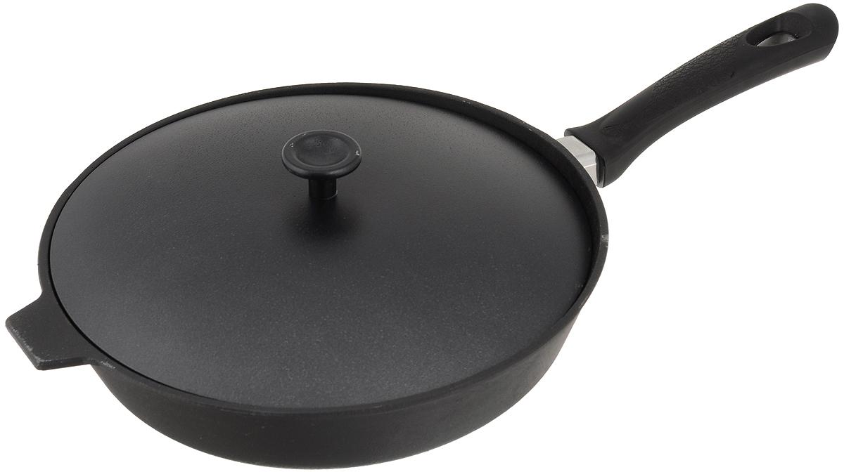 Сковорода чугунная Добрыня с крышкой. Диаметр 28 см. DO-3329DO-3329Сковорода Добрыня изготовлена из натурального, экологически безопасного чугуна. Чугун является одним из лучших материалов для производства посуды. Он очень практичный, не выделяет токсичных веществ, обладает высокой теплоемкостью и способен служить долгие годы. Чугунные сковороды очень прочные и при этом обладают превосходными природными антипригарными свойствами. Они не боятся механических повреждений, царапин или высоких температур, однако тяжелее обычных и не очень любят длительный контакт с водой. Чугун очень долго сохраняет высокую температуру и способствует равномерному прожариванию даже достаточно крупных кусков мяса или птицы. При этом антипригарные свойства чугунной посуды не дают продуктам пригореть и испортить их замечательный вкус. Сковорода имеет длинную пластиковую ручку (несъёмную) с рельефной вставкой и алюминиевую крышку. Чугунные сковороды были популярными сотни лет и до сих пор остаются такими. Свое качество и уникальные свойства они подтверждают в деле. Сковорода подходит для всех типов плит, включая индукционные. Сковороду мыть только вручную. Высота стенки: 6,5 см.Длина ручки: 19 см.