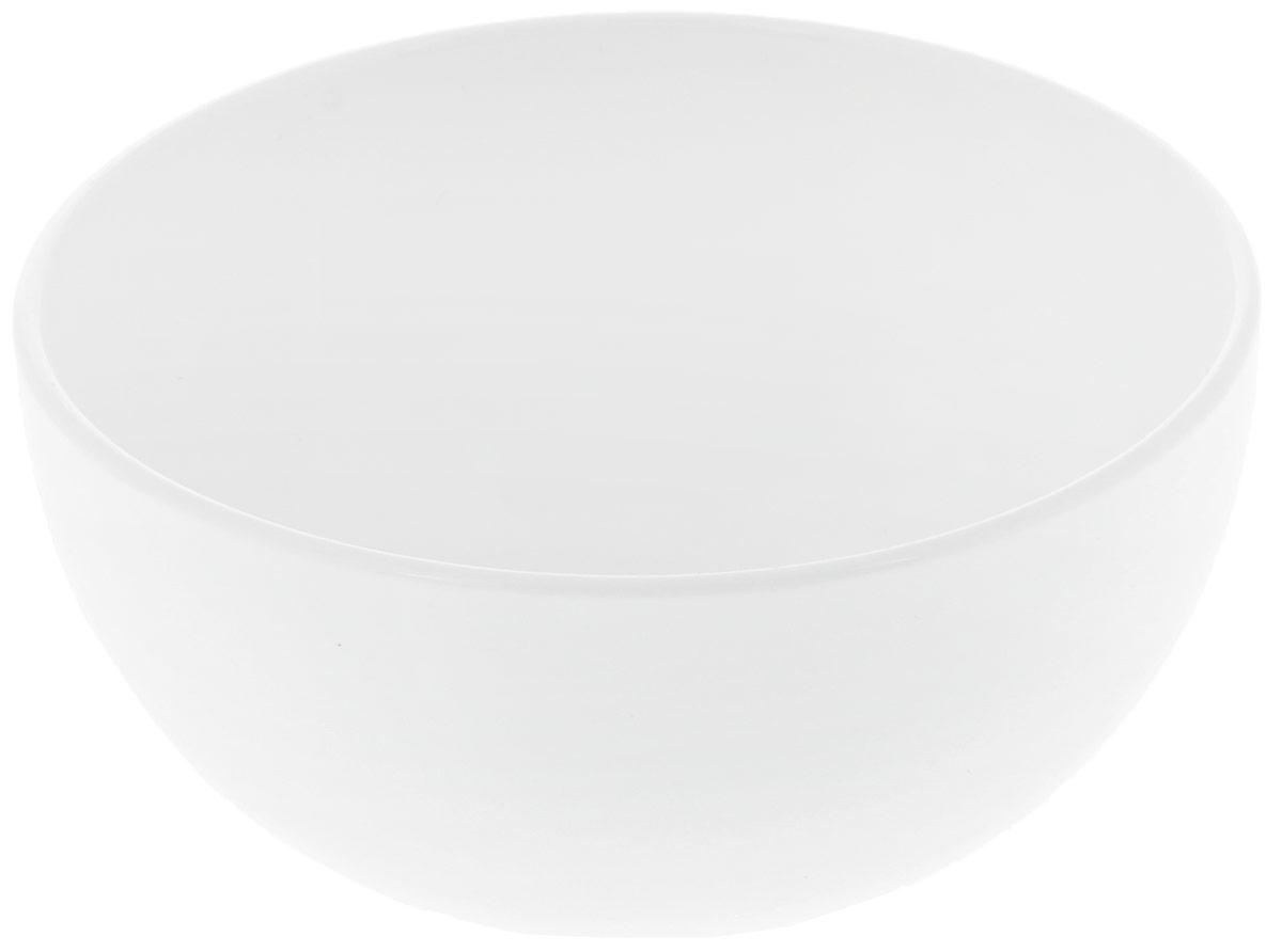 """Салатник """"Wilmax"""" изготовлен из высококачественного фарфора с глазурованным покрытием. Материал легкий, тонкий, свет без труда проникает сквозь изделие. Посуда имеет роскошную белизну, гладкость и блеск достигаются за счет особой рецептуры глазури. Изделие обладает низкой водопоглощаемостью, высокой термостойкостью и ударопрочностью, а также экологичностью. Посуда долговечна и рассчитана на постоянное интенсивное использование. Гладкая непористая поверхность исключает проникновение бактерий, изделие не будет впитывать посторонние запахи и сохранит первоначальный цвет. Такой салатник прекрасно подойдет для подачи салатов, соусов, закусок. Он украсит ваш праздничный или обеденный стол, а оригинальный дизайн придется по вкусу и ценителям классики, и тем, кто предпочитает утонченность и изысканность.Можно мыть в посудомоечной машине и использовать в микроволновой печи."""