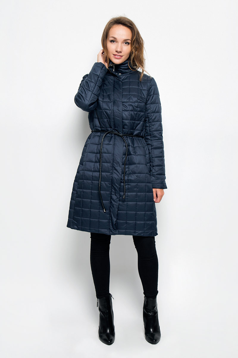 Пальто женское Baon, цвет: темно-синий. B036509. Размер L (48)B036509_Dark NavyУдобное и теплое женское пальто Baon согреет вас в прохладную погоду и позволит выделиться из толпы. Удлиненная модель с длинными рукавами и воротником-стойкой выполнена из прочного полиэстера, застегивается на молнию спереди и имеет ветрозащитный клапан на кнопках. Изделие дополнено двумя втачными карманами на молниях. Плотный наполнитель из синтепона и подкладка из полиэстера надежно сохранят тепло, благодаря чему такое пальто защитит вас от ветра и холода. В комплект входит узкий съемный пояс.Это модное и комфортное пальто - отличный вариант для прогулок, оно подчеркнет ваш изысканный вкус и поможет создать неповторимый образ.