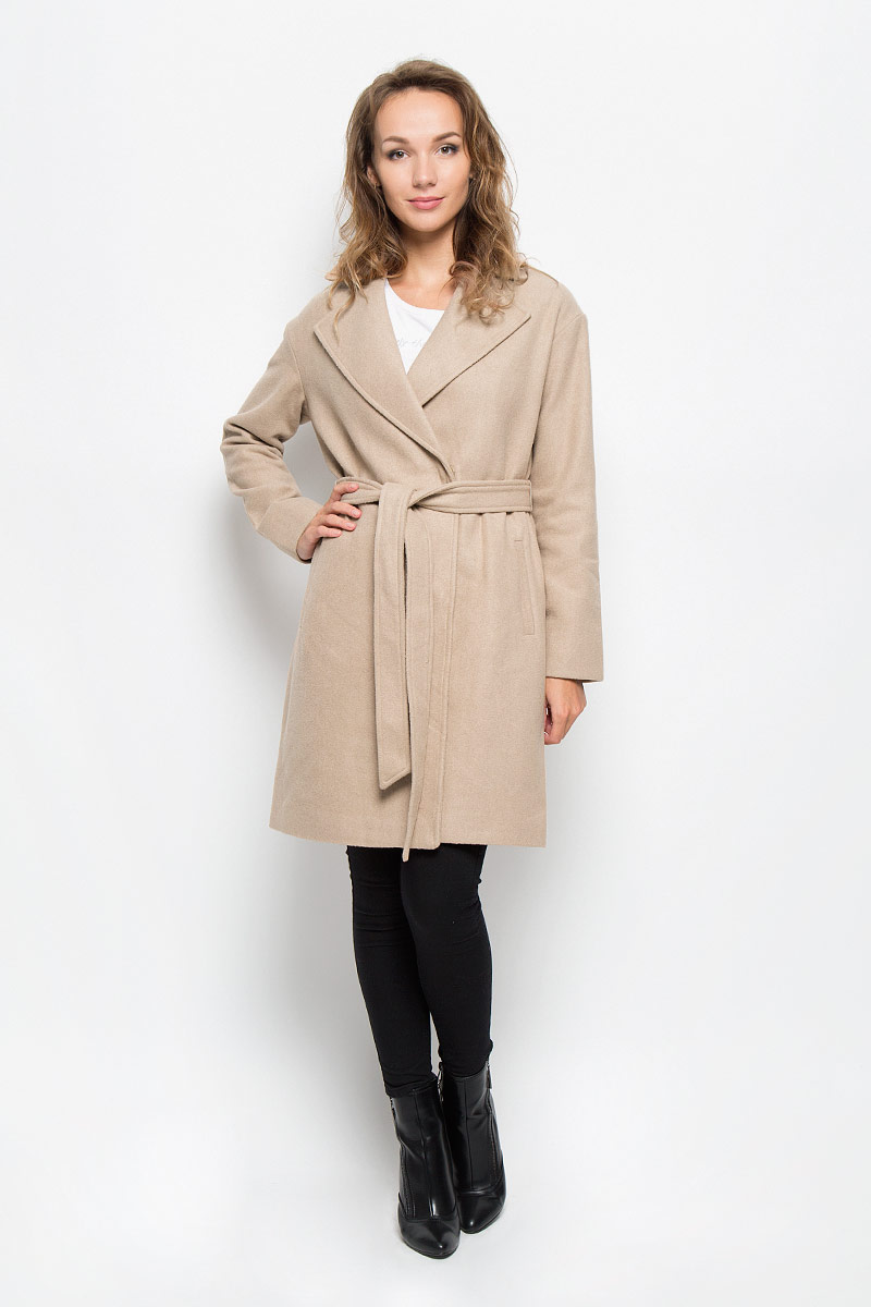 Пальто женское Sela, цвет: бежевый. Ce-126/679-6312. Размер XL (50)Ce-126/679-6312Элегантное женское пальто Sela подчеркнет вашу индивидуальность. Пальто изготовлено из высококачественного материала с подкладкой из 100% полиэстера. Модель приталенного силуэта с воротником с лацканами застегивается на кнопки, а также к модели прилагается пояс. Спереди пальто дополнено двумя прорезными карманами.Подчеркните свой изысканный вкус этим превосходным пальто.