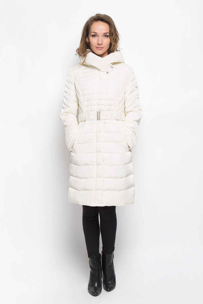 Куртка женская Baon, цвет: белый. B036557. Размер M (46)B036557_YOGURTСтильная утепленная женская куртка Baon согреет вас в прохладную погоду и позволит выделиться из толпы. Модель выполнена из 100% полиэстера с водоотталкивающей пропиткой и оформлена стежкой. Подкладка из полиэстера с утеплителем из высокотехнологичного синтепона Wellon защитит в любую непогоду от ветра и холода. Модель с длинными рукавами и воротником-капюшоном застегивается на застежку-молнию и дополнительно на застежки-кнопки. Капюшон дополнен декоративным отворотом. К модели прилагается эластичный пояс с металлической пряжкой. Спереди куртка дополнена двумя прорезными карманами с застежками-молниями. Эта модная куртка послужит отличным дополнением к вашему гардеробу.