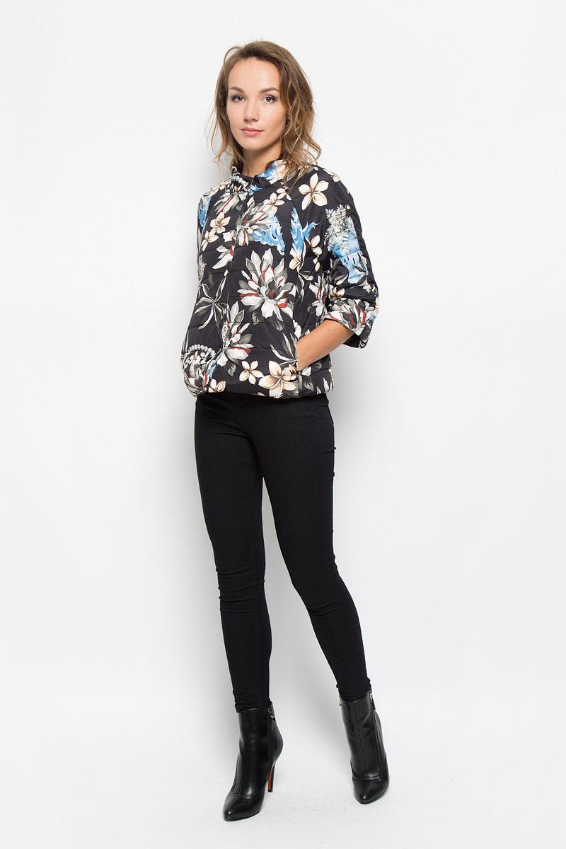 Куртка женская Baon, цвет: черный, голубой, бежевый, зеленый. B036563. Размер M (46)B036563_BLACK PRINTEDУдобная женская куртка Baon согреет вас в прохладную погоду и позволит выделиться из толпы. Модель с рукавами-реглан 3/4 и воротником-стойкой выполнена из прочного полиэстера с синтепоновым наполнителем, и застегивается на кнопки. Куртка оформлена ярким цветочным принтом и дополнена двумя втачными карманами на застежках-молниях .Эта модная и в то же время комфортная куртка - отличный вариант для прогулок, она подчеркнет ваш изысканный вкус и поможет создать неповторимый образ.