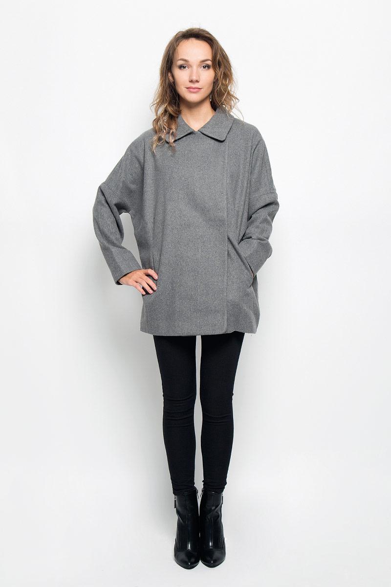 Пальто женское Sela, цвет: серый. Ce-126/691-6312. Размер L (48)Ce-126/691-6312Элегантное женское пальто Sela согреет вас в прохладную погоду и позволит выделиться из толпы.Модель свободного кроя с длинными рукавами-кимоно и отложным воротником выполнена из высококачественного материала и застегивается на пуговицы и кнопку. Изделие дополнено двумя удобными врезными карманами.Подкладка из полиэстера и спандекса надежно сохранят тепло, благодаря чему такое пальто защитит вас от ветра и холода. В этом пальто вам будет уютно, комфортно и вы всегда будете в центре винимая.
