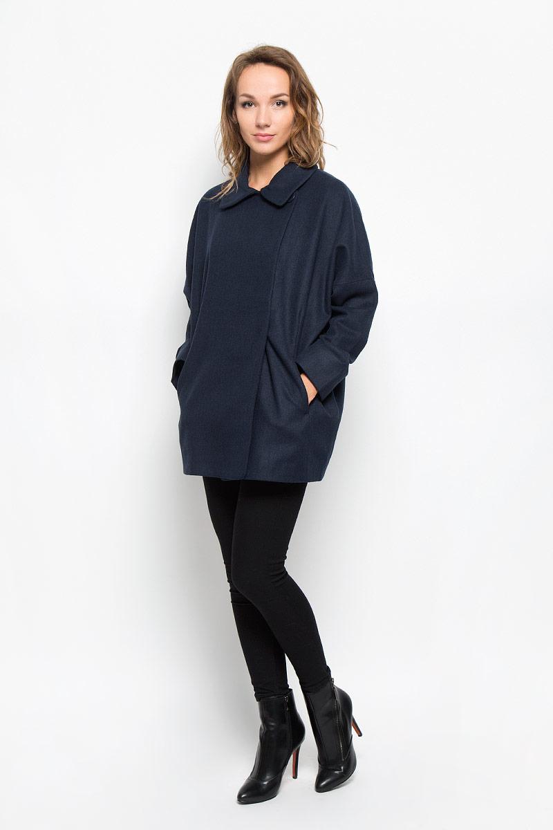 Пальто женское Sela, цвет: темно-синий. Ce-126/691-6312. Размер XL (50)Ce-126/691-6312Элегантное женское пальто Sela согреет вас в прохладную погоду и позволит выделиться из толпы.Модель свободного кроя с длинными рукавами-кимоно и отложным воротником выполнена из высококачественного материала и застегивается на пуговицы и кнопку. Изделие дополнено двумя удобными врезными карманами.Подкладка из полиэстера и спандекса надежно сохранят тепло, благодаря чему такое пальто защитит вас от ветра и холода. В этом пальто вам будет уютно, комфортно и вы всегда будете в центре винимая.