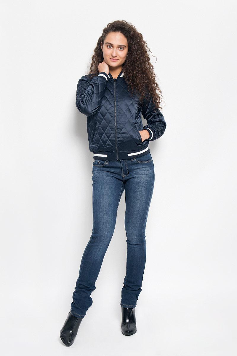 Куртка женская Tom Tailor Denim, цвет: темно-синий. 3532977.00.71_6901. Размер XS (42)3532977.00.71_6901Женская куртка Tom Tailor Denim, изготовленная из полиэстера с добавлением эластана, смотрится модно и стильно. Подкладка выполнена из полиэстера с добавлением хлопка, наполнитель - из 100% полиэстера.Куртка-бомбер с трикотажным воротником-стойкой застегивается на металлическую застежку-молнию. Модель оформлена стежкой, на спинке - буквенной аппликацией и вышитым изображением Эйфелевой башни. Спереди расположены два прорезных кармана. Манжеты рукавов и низ модели дополнены трикотажными резинками.Такая куртка обеспечит вам не только красивый внешний вид, но и комфорт.