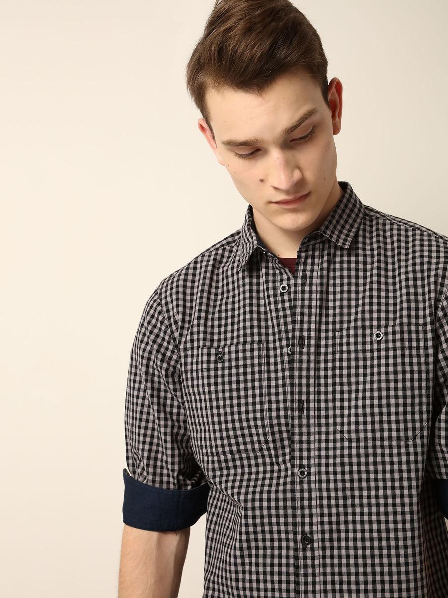 Рубашка мужская Top Secret, цвет: черный, серый. SKL2073CA. Размер 42/43 (50)SKL2073CAМужская рубашка выполнена из хлопка и оформлена клетчатым принтом. Спереди изделие дополнено накладными карманами и застегивается на пуговицы. Модель со стандартным длинным рукавом и отложным воротником.