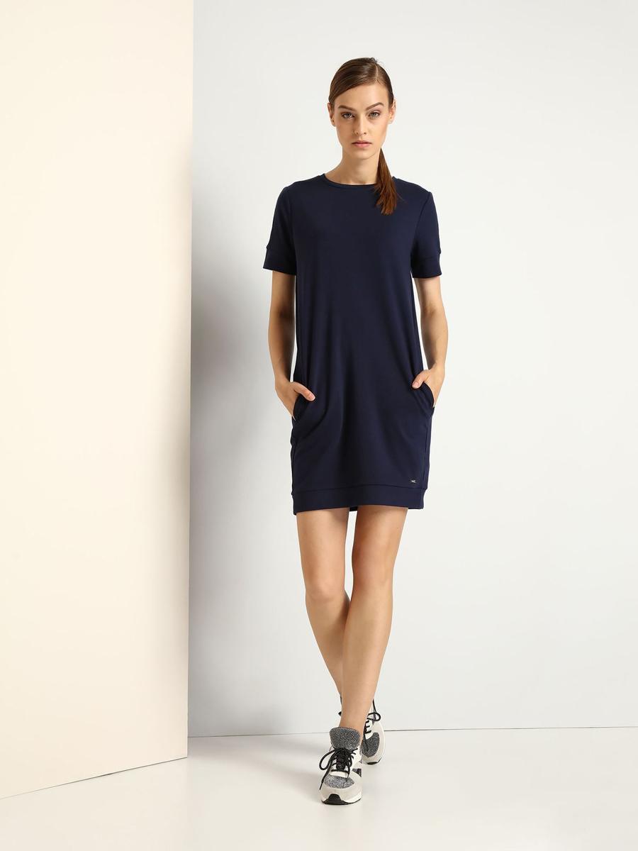 Платье Drywash, цвет: темно-синий. DSU0058GR. Размер S (44)DSU0058GRСтильное трикотажное платье Drywash выполнено из вискозы и полиамида с добавлением эластана.Платье-миди свободного кроя с круглым вырезом горловины и короткими рукавами застегивается на скрытую застежку-молнию, расположенную на спинке. По бокам расположены втачные карманы.