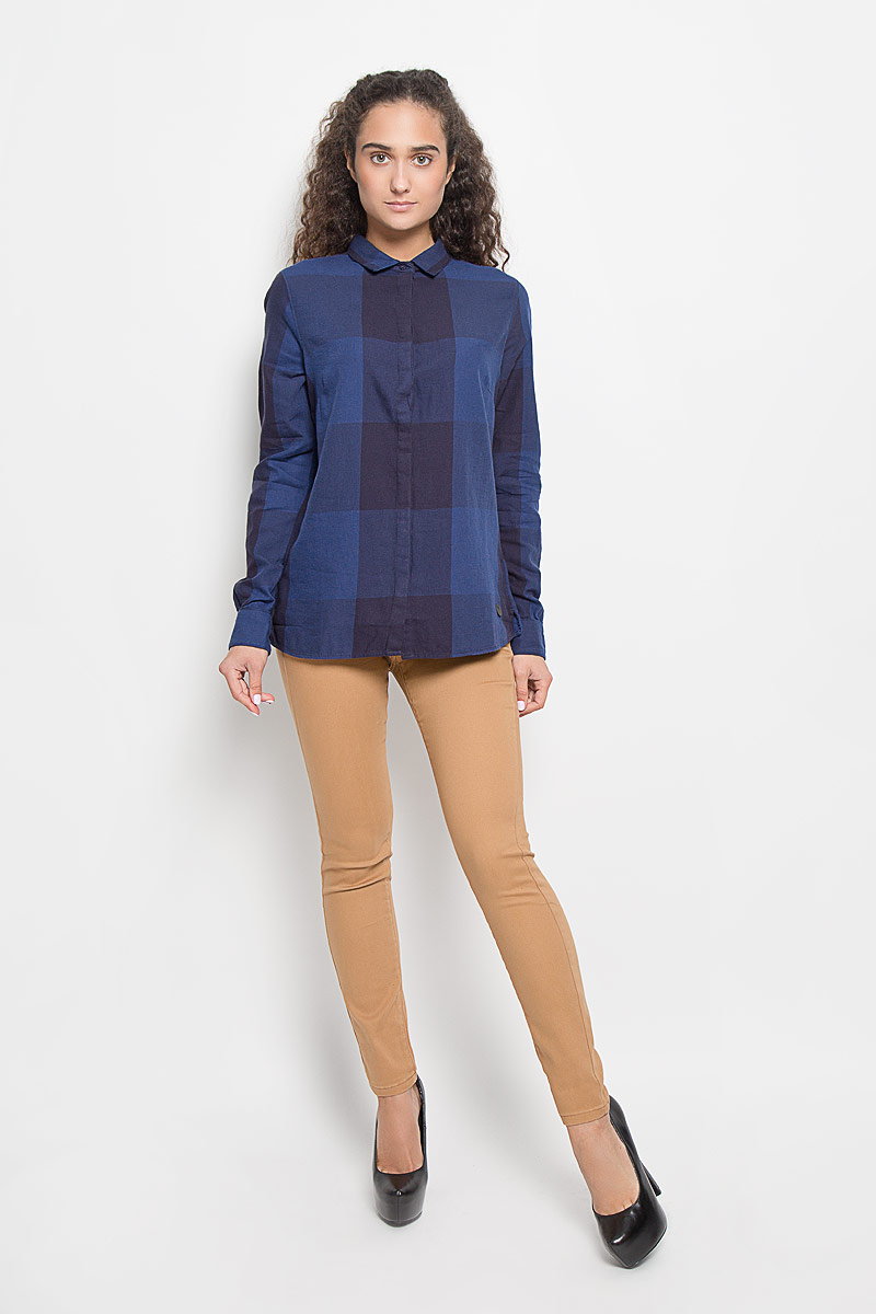 Рубашка женская Lee, цвет: темно-синий. L47VLDLR. Размер L (48)L47VLDLRСтильная женская рубашка Lee, выполненная из натурального хлопка, подчеркнет ваш уникальный стиль и поможет создать оригинальный образ. Такой материал великолепно пропускает воздух, обеспечивая необходимую вентиляцию, а также обладает высокой гигроскопичностью. Рубашка с длинными рукавами и отложным воротником застегивается на пуговицы спереди. Модель оформлена принтом в клетку. Классическая рубашка - превосходный вариант для базового гардероба и отличное решение на каждый день.Такая рубашка будет дарить вам комфорт в течение всего дня и послужит замечательным дополнением к вашему гардеробу.