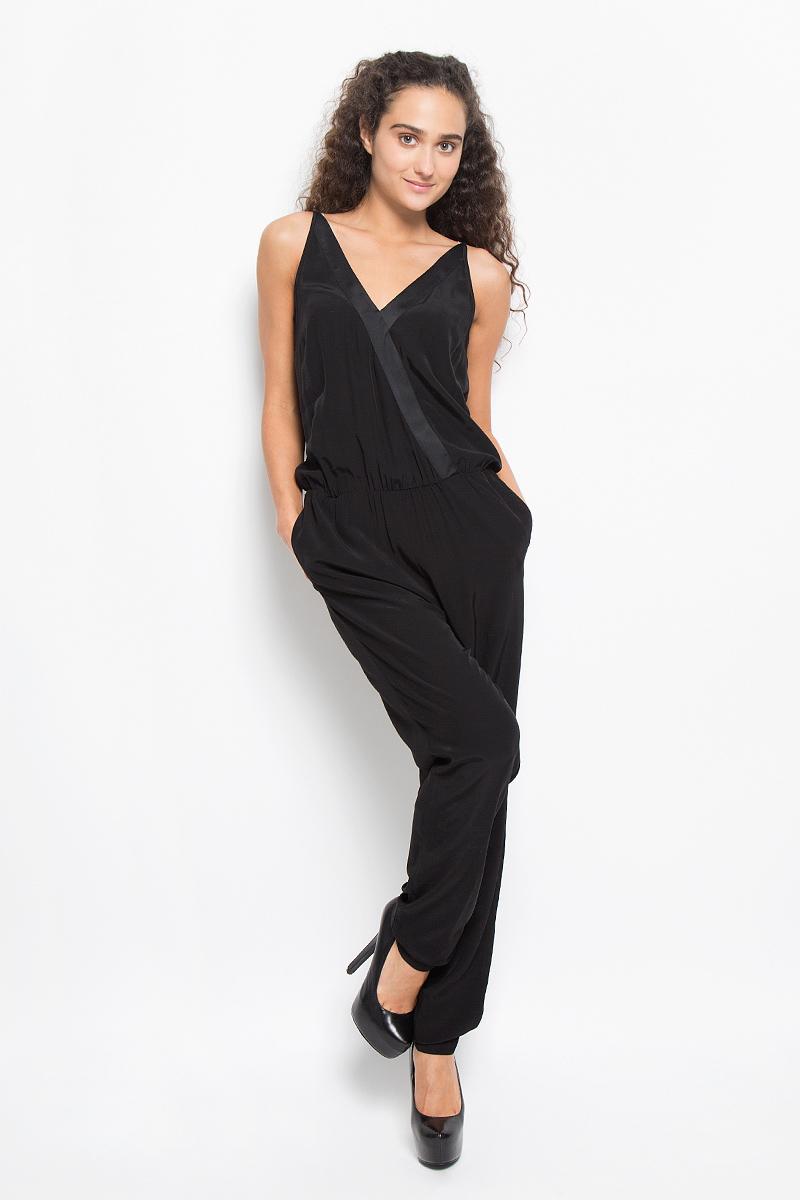 Комбинезон женский Tom Tailor, цвет: черный. 6404305.00.75_2999. Размер 32 (38)6404305.00.75_2999Стильный комбинезон Tom Tailor, изготовленный из вискозы, подчеркнет ваш уникальный стиль и поможет создать оригинальный женственный образ. Модель на бретельках с V-образным вырезом и с длинными штанами на поясе дополнена эластичной резинкой. Застегивается модель на пуговицу, расположенную на спинке. По бокам имеются прорезные карманы. Модель не сковывает движения, обеспечивая наибольший комфорт. Такой комбинезон подарит вам комфорт и вы всегда будете в центре внимания!