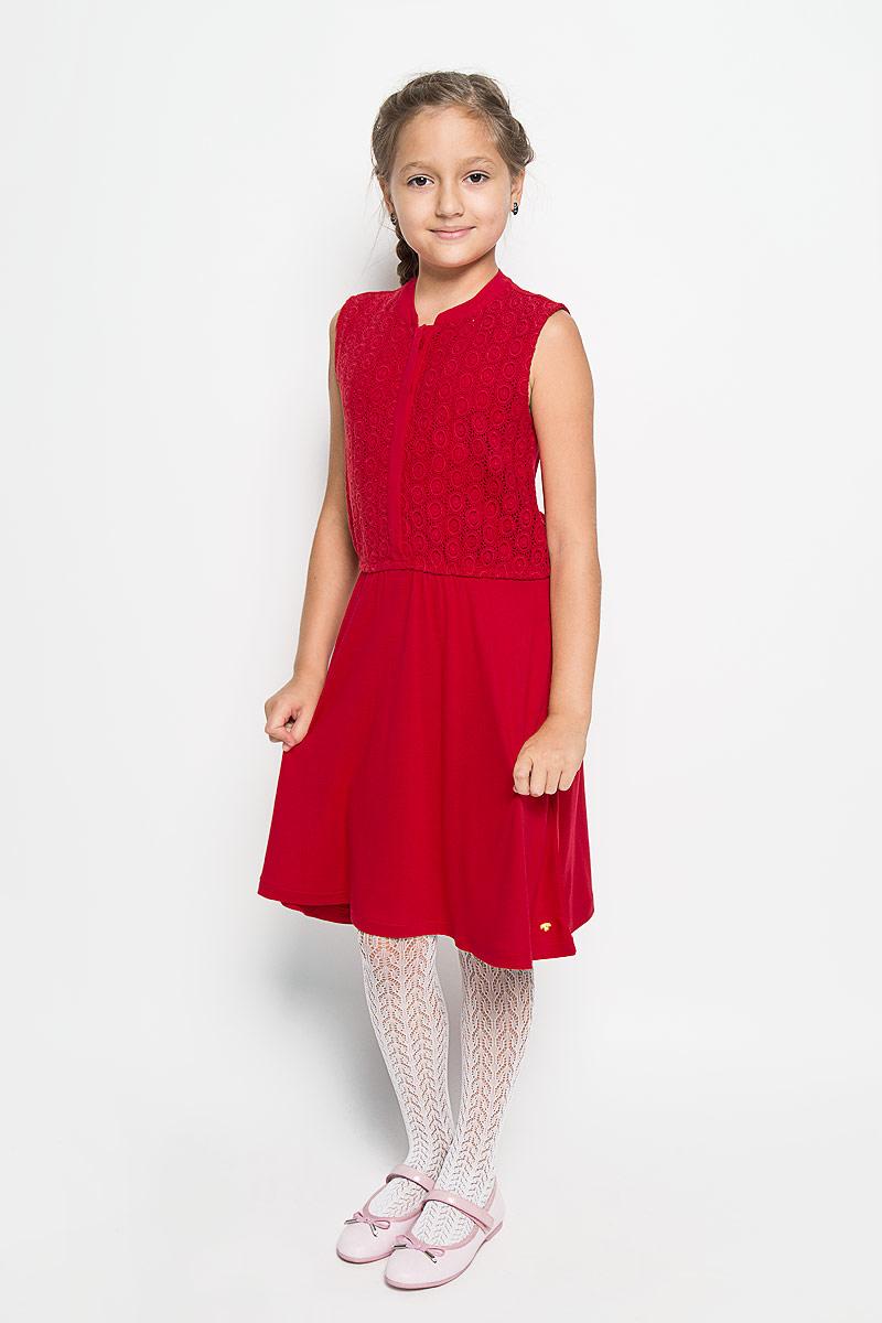 Платье для девочки Tom Tailor, цвет: красный. 5019145.40.40_4713. Размер 1525019145.40.40_4713Очаровательное платье Tom Tailor идеально подойдет вашей дочурке. Платье выполнено из вискозы, оно необычайно мягкое и приятное на ощупь, не сковывает движения ребенка и позволяет коже дышать, не раздражает даже самую нежную и чувствительную кожу ребенка, обеспечивая наибольший комфорт. Платье-миди без рукавов и с круглым вырезом горловины застегивается спереди на пять пластиковых пуговиц. Спереди, верхняя часть модели до пояса оформлена кружевом. На талии расположена эластичная резинка.Оригинальный современный дизайн и модная расцветка делают это платье модным и стильным предметом детского гардероба. В нем ваша девочка будет чувствовать себя уютно и комфортно, и всегда будет в центре внимания!
