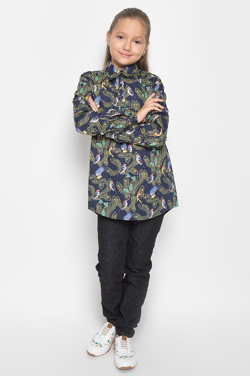Блузка для девочки Nota Bene, цвет: темно-синий. NR5524-22. Размер 140NR5524-22Стильная блузка для девочки Nota Bene идеально подойдет вашей дочурке. Изготовленная из натурального хлопка, она мягкая и приятная на ощупь, не сковывает движения и позволяет коже дышать, обеспечивая наибольший комфорт. Блузка с длинными рукавами и отложным воротничком застегивается на пластиковые пуговицы на груди. Манжеты рукавов также дополнены пуговицами. Рукава при желании можно закатать и зафиксировать специальными хлястиками на пуговицах. Изделие оформлено принтом с изображением птиц и перьев.Современный дизайн и расцветка делают эту блузку стильным предметом детского гардероба. Модель можно носить как с джинсами, так и с классическими брюками.
