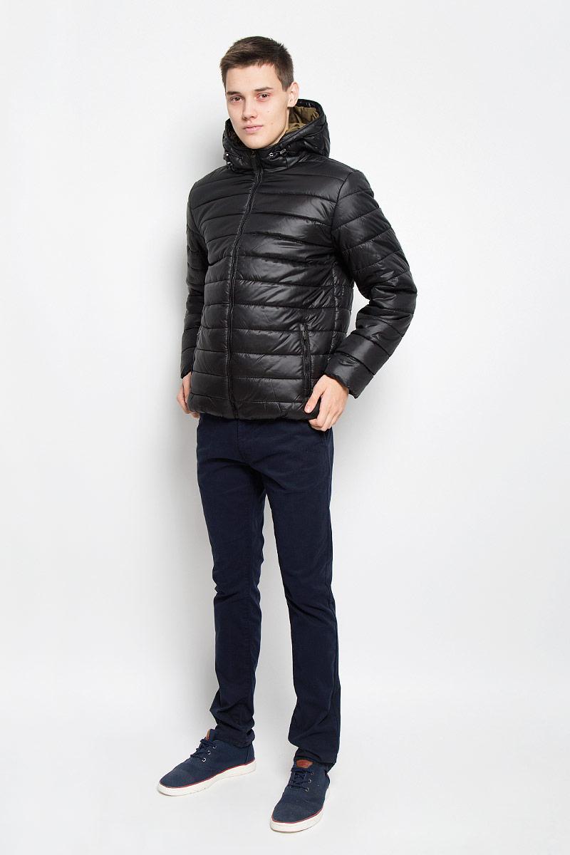 Куртка мужская Sela, цвет: черный. Cp-226/343-6312. Размер XL (52)Cp-226/343-6312Стильная мужская куртка Sela согреет вас в прохладную погоду и позволит выделиться из толпы. Модель выполнена из водоотталкивающего и ветрозащитного материала - 100% полиэстера. Материал хорошо пропускает воздух и в тоже время обеспечивает сохранение тепла. Подкладка и утеплитель из 100% полиэстера не дадут замерзнуть. Модель с капюшоном, дополненным эластичным шнурком со стопперами, застегивается на пластиковую застежку-молнию. Спереди куртка дополнена двумя прорезными карманами с застежками-молниями, с внутренней стороны - прорезным боковым карманом. Нижняя часть изделия с внутренней стороны присборена эластичными резинками. Рукава дополнены трикотажными напульсниками. Эта модная куртка займет достойное место в вашем гардеробе, в ней вам будет удобно и комфортно.