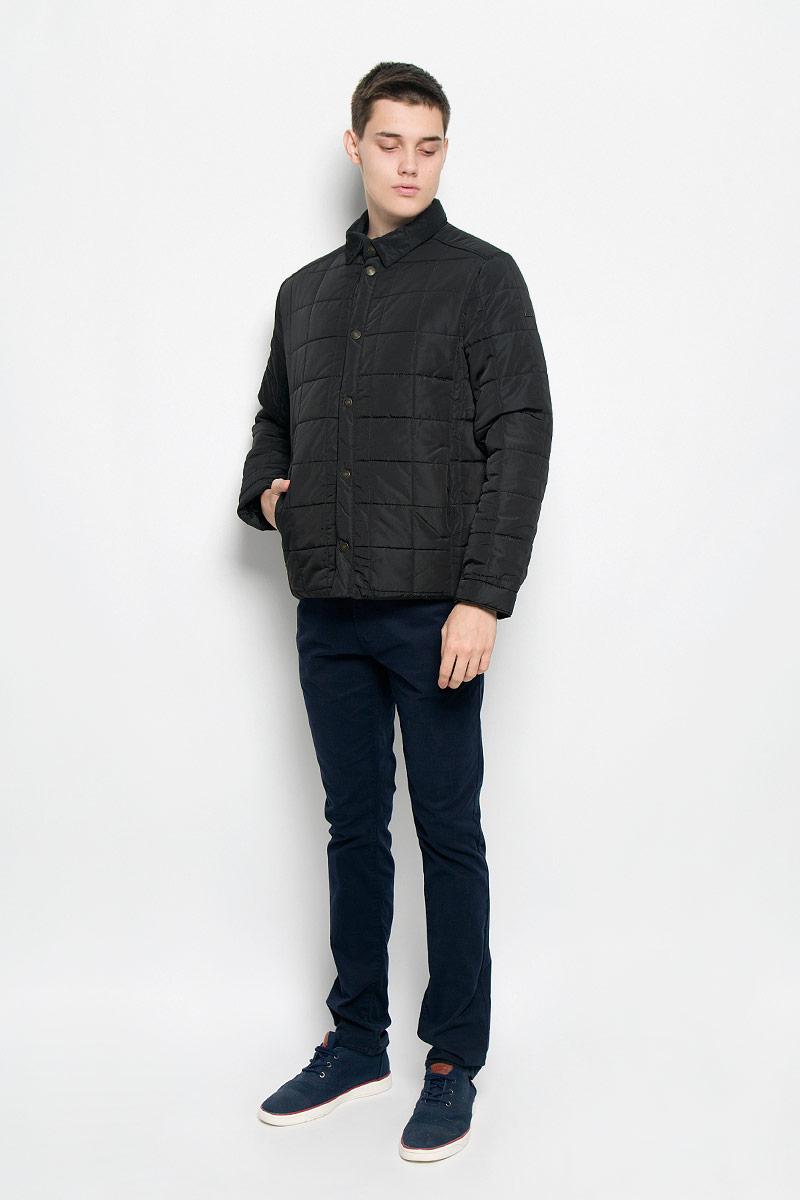 Куртка мужская Baon, цвет: черный. B536502. Размер M (48)B536502_BLACKСтильная стеганая мужская куртка Baon согреет вас в прохладную погоду и позволит выделиться из толпы. Модель выполнена из водоотталкивающего и ветрозащитного материала - 100% полиэстера. Подкладка и утеплитель из 100% полиэстера не дадут замерзнуть. Модель с длинными рукавами и отложным воротником застегивается на шесть металлических кнопок. Спереди куртка дополнена двумя прорезными карманами с застежками-кнопками, с внутренней стороны - двумя прорезными карманами с застежками-молниями. На манжетах предусмотрены застежки-кнопки. Один из рукавов оформлен металлическим элементом в виде названия бренда. Эта модная куртка займет достойное место в вашем гардеробе, в ней вам будет удобно и комфортно.
