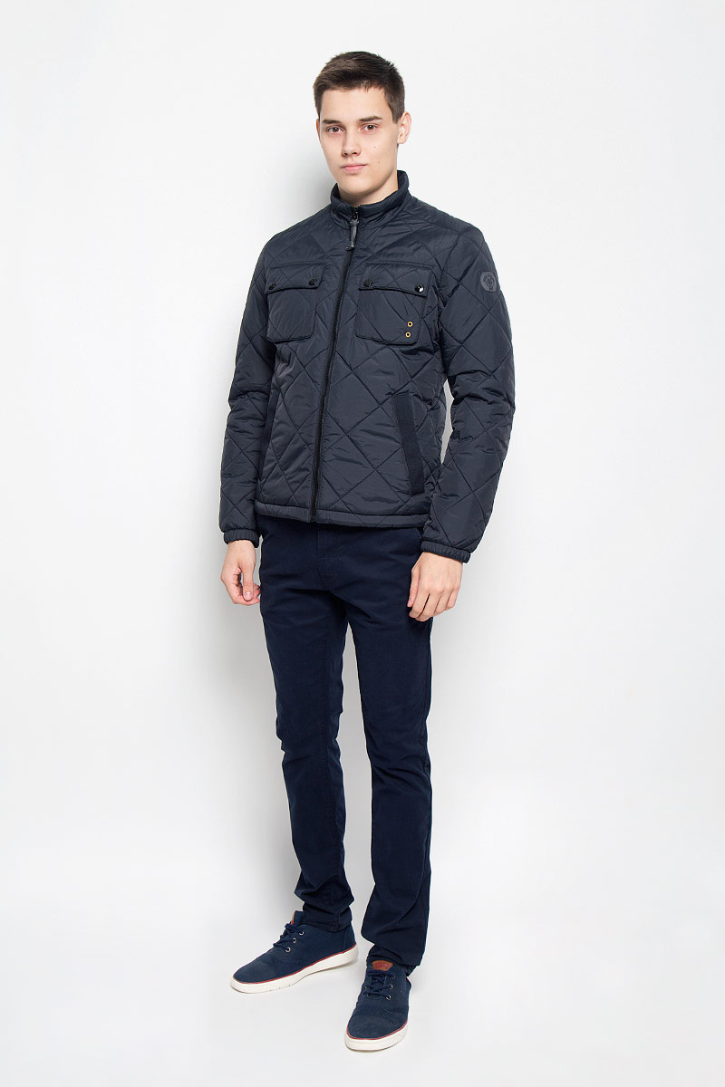 Куртка мужская Marc OPolo, цвет: черный. 020670162/985. Размер M (46)020670162/985Стильная стеганая мужская куртка Marc OPolo согреет вас в прохладную погоду и позволит выделиться из толпы. Модель выполнена из 100% полиамида с полиуретановым покрытием, которое предотвращает проникновением влаги и грязи. Подкладка и утеплитель из 100% полиэстера не дадут замерзнуть. Модель с воротником-стойкой застегивается на пластиковую застежку-молнию. Спереди куртка дополнена двумя прорезными карманами с застежками-кнопками, края которых дополнены нашивками из плотного текстиля, двумя нагрудными накладными карманами с клапанами на застежках-кнопках, с внутренней стороны - накладным карманом с застежкой-молнией. Манжеты рукавов дополнены эластичными резинками. Нижняя часть изделия оснащена эластичным шнурком со стопперами. Боковые стороны и один из нагрудных карманов оформлены декоративными металлическими люверсами, рукав - фирменной нашивкой. Такая модная куртка займет достойное место в вашем гардеробе, в ней вам будет удобно и комфортно.