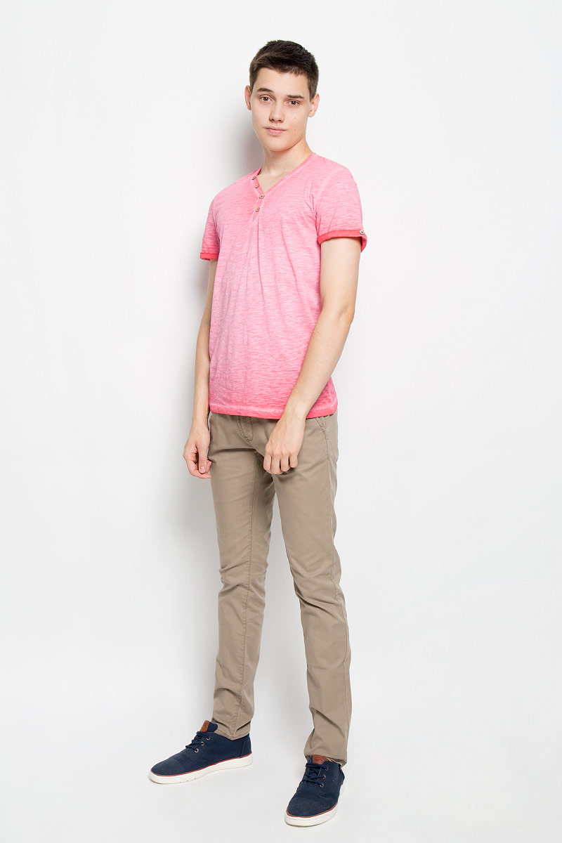Футболка мужская Tom Tailor, цвет: розовый. 1034795.00.10_4502. Размер L (50)1034795.00.10_4502Стильная мужская футболка Tom Tailor выполнена из натурального хлопка. Материал очень мягкий и приятный на ощупь, обладает высокой воздухопроницаемостью и гигроскопичностью, позволяет коже дышать. Модель прямого кроя с V-образным вырезом горловины и короткими рукавами. Модель застегивается на груди на две пуговицы. Рукава дополнены декоративными отворотами с пуговицами. На спине футболка оформлена вышивкой California Drive и принтовой надписью на английском языке. Такая модель подарит вам комфорт в течение всего дня и послужит замечательным дополнением к вашему гардеробу.