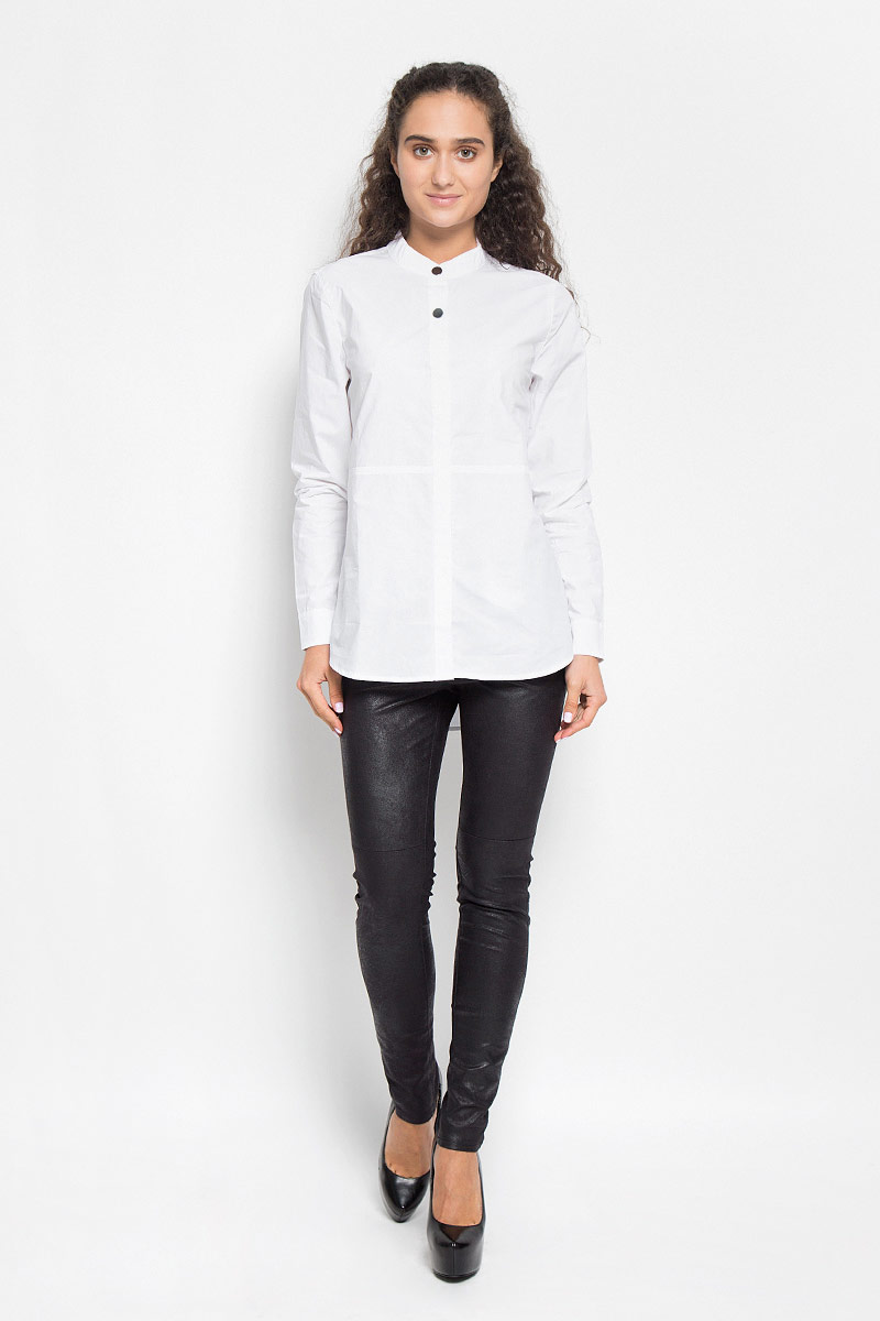 Блузка женская Baon, цвет: белый. B176517E. Размер S (44)B176517_WHITEСтильная женская блуза Baon, выполненная из натурального хлопка, подчеркнет ваш уникальный стиль и поможет создать оригинальный женственный образ.Модная блузка с воротником-стойкой и длинными рукавами застегивается на четыре пластиковые пуговицы, сверху - на две металлические кнопки. Спинка немного удлинена. На манжетах предусмотрены металлические застежки-кнопки.Такая блузка будет дарить вам комфорт в течение всего дня и послужит замечательным дополнением к вашему гардеробу.