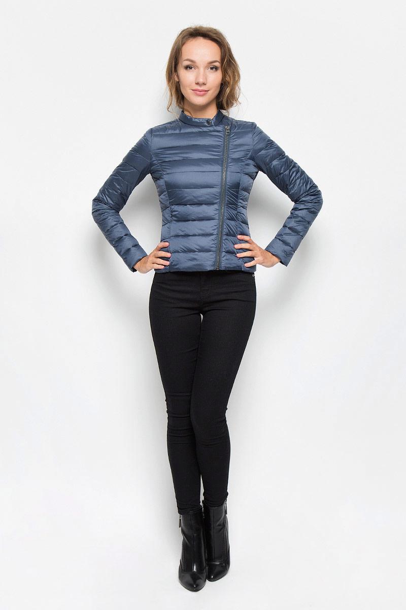 Куртка женская Tom Tailor Denim, цвет: темно-синий. 3532924.01.71_6747. Размер M (46)3532924.01.71_6747Удобная женская куртка Tom Tailor согреет вас в прохладную погоду и позволит выделиться из толпы. Модель с длинными рукавами и воротником-стойкой выполнена из прочного полиэстера, застегивается на диагональную застежку-молнию и кнопку. Спереди куртка дополнена двумя втачными карманами на застежках-молниях. Сзади, в нижнем правом углу, расположена вышивка в виде логотипа бренда.Эта модная и в то же время комфортная куртка - отличный вариант для прогулок, она подчеркнет ваш изысканный вкус и поможет создать неповторимый образ.