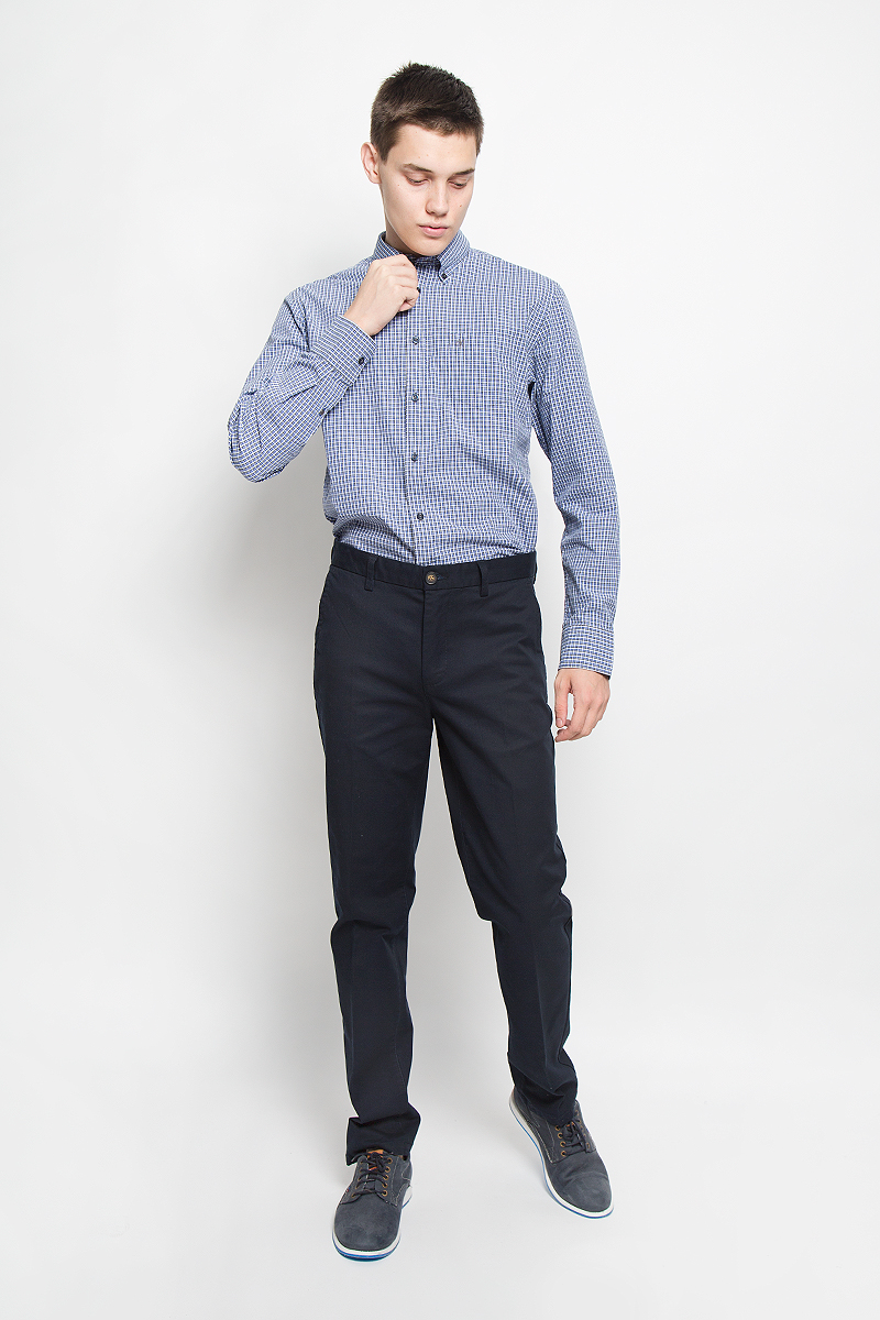 Рубашка мужская Marc OPolo, цвет: синий, серый, белый. 144042382/M84. Размер L (50)144042382/M84Стильная мужская рубашка Marc OPolo, выполненная из натурального хлопка, обладает высокой теплопроводностью, воздухопроницаемостью и гигроскопичностью, позволяет коже дышать, тем самым обеспечивая наибольший комфорт при носке. Модель классического кроя с отложным воротником застегивается на пуговицы по всей длине. Длинные рукава рубашки дополнены манжетами на пуговицах. Рубашка оформлена принтом в клетку. Воротник пристегивается к рубашке с помощью пуговиц. На груди расположен накладной карман. Спинка немного удлинена.Такая рубашка подчеркнет ваш вкус и поможет создать великолепный стильный образ.