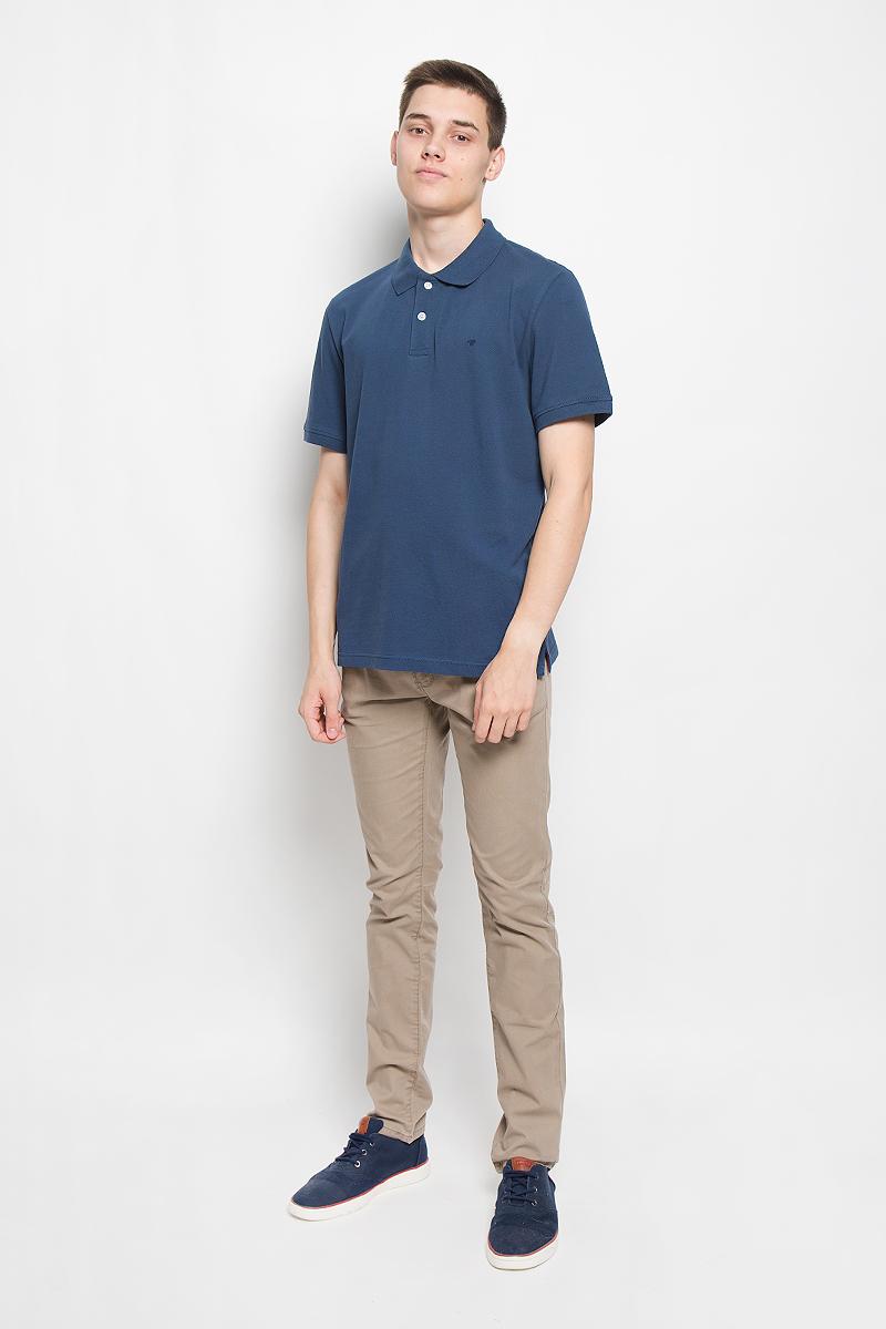Поло мужское Tom Tailor, цвет: темно-синий. 1530756.00.10_6758. Размер S (46)1530756.00.10_6758Стильная мужская футболка-поло Tom Tailor, изготовленная из натурального хлопка, очень мягкая, тактильно приятная, не сковывает движения и позволяет коже дышать. Модель с короткими рукавами и отложным воротником сверху застегивается на две пуговицы. Футболка на груди оформлена небольшой вышивкой. Рукава дополнены трикотажными резинками. Низ изделия по бокам имеет небольшие разрезы. Классический покрой, лаконичный дизайн, безукоризненное качество. В такой футболке-поло вы будете чувствовать себя уверенно и комфортно.