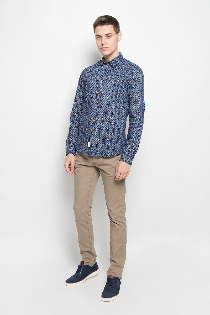 Рубашка мужская Tom Tailor Denim, цвет: темно-синий, белый. 2032328.00.12_8452. Размер M (48)2032328.00.12_8452Стильная мужская рубашка Tom Tailor Denim, выполненная из натурального хлопка, обладает высокой теплопроводностью, воздухопроницаемостью и гигроскопичностью, позволяет коже дышать, тем самым обеспечивая наибольший комфорт при носке. Модель приталенного кроя с отложным воротником застегивается на пуговицы по всей длине. Длинные рукава рубашки дополнены манжетами на пуговицах. Рубашка оформлена оригинальным принтом.Такая рубашка подчеркнет ваш вкус и поможет создать великолепный стильный образ.