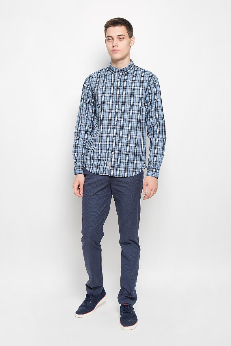 Рубашка мужская Baon, цвет: темно-синий, голубой, белый. B676518. Размер L (50)B676518_DEEP NAVY CHECKEDМужская рубашка Baon, выполненная из натурального хлопка, идеально дополнит ваш образ.Материал мягкий и приятный на ощупь, не сковывает движения и позволяет коже дышать. Рубашка классического кроя с длинными рукавами и отложным воротником застегивается напуговицы по всей длине и оформлена оригинальным принтом. На манжетах предусмотренызастежки-пуговицы. Края воротника пристегиваются к рубашке с помощью пуговиц. Такая модель будетдарить вам комфорт в течение всего дня и станет стильным дополнением к вашему гардеробу.